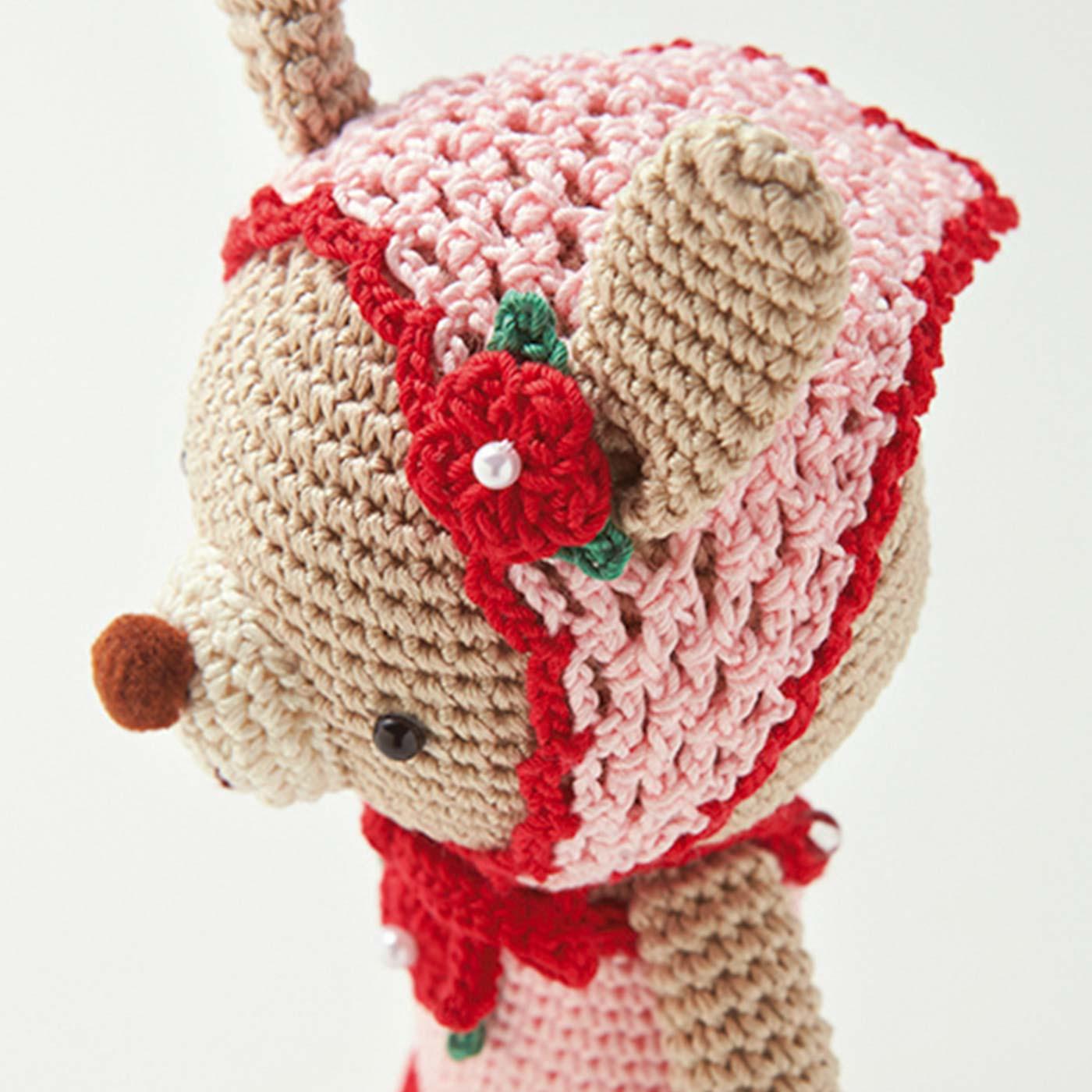 バブーシュカは耳を通す穴もあり、赤いお花とリボンもキュート。