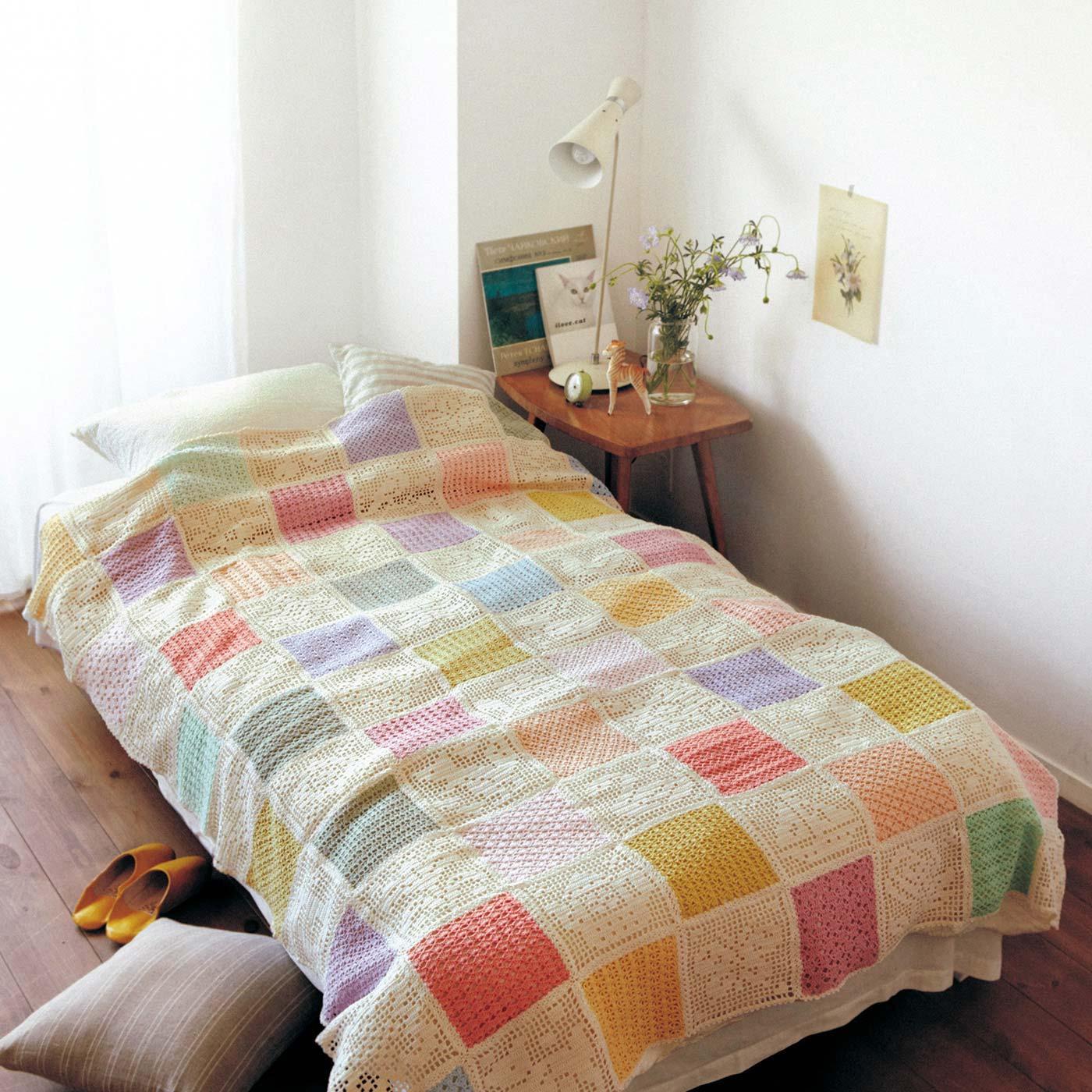 たくさん編みつなげれば、繊細なベッドカバーにも。