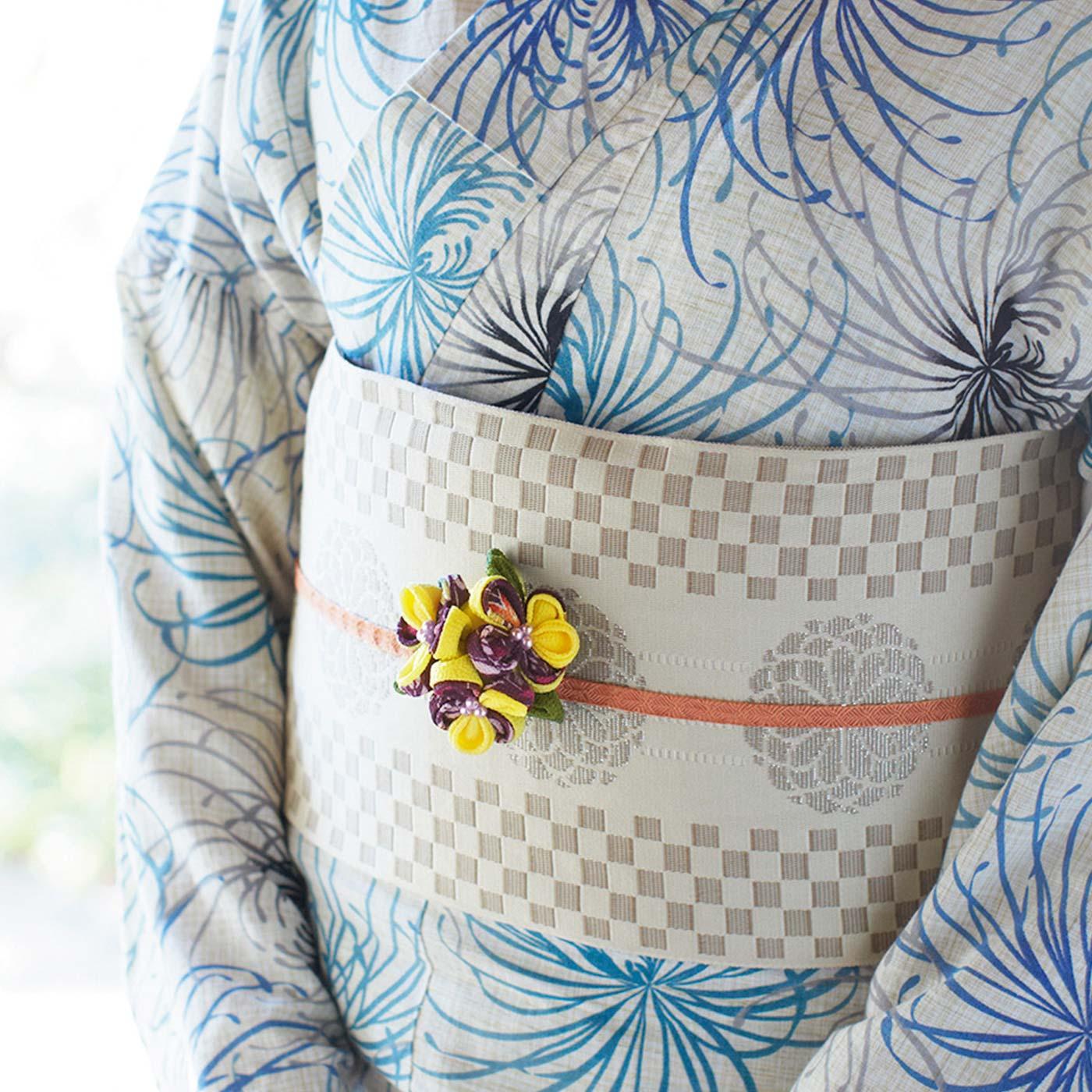 大きいサイズのお花は、クリップとピンが付いた土台付き。ブローチとしてはもちろん、帯留めとしても活躍。和の装いが一気に華やかに。