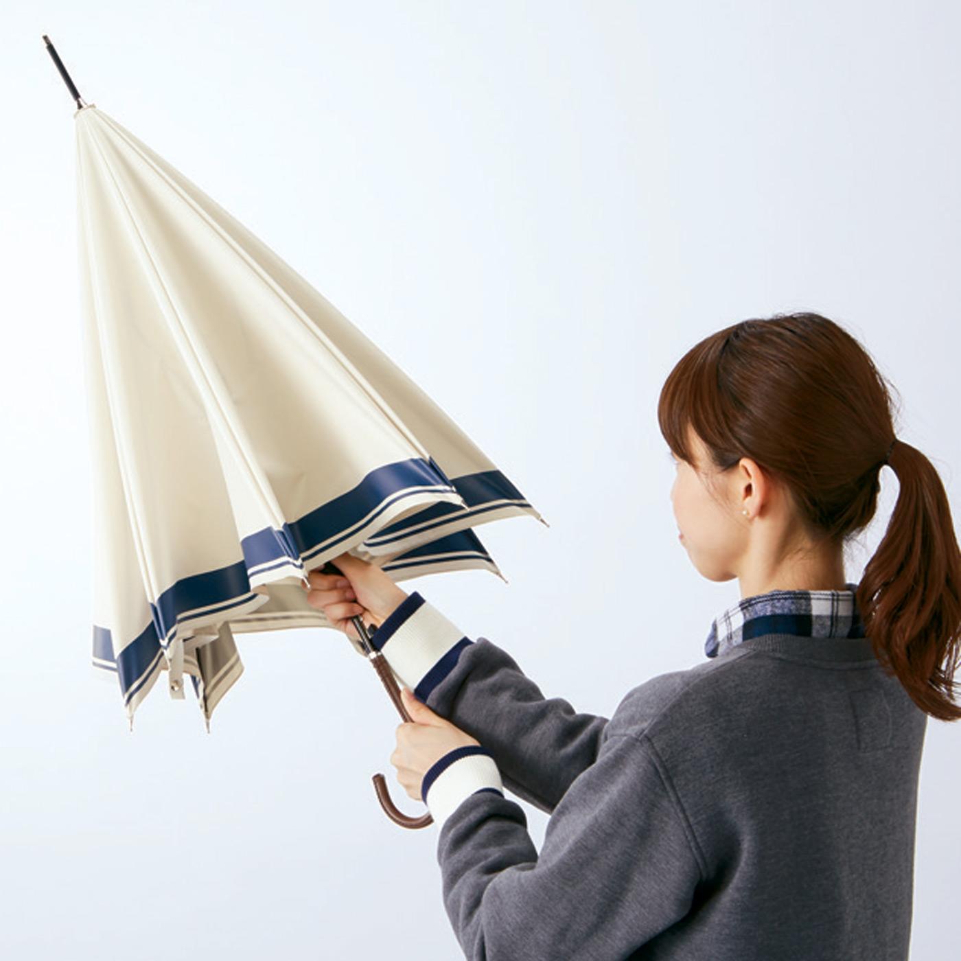 傘を閉じると……なんと折れずにもとどおり!