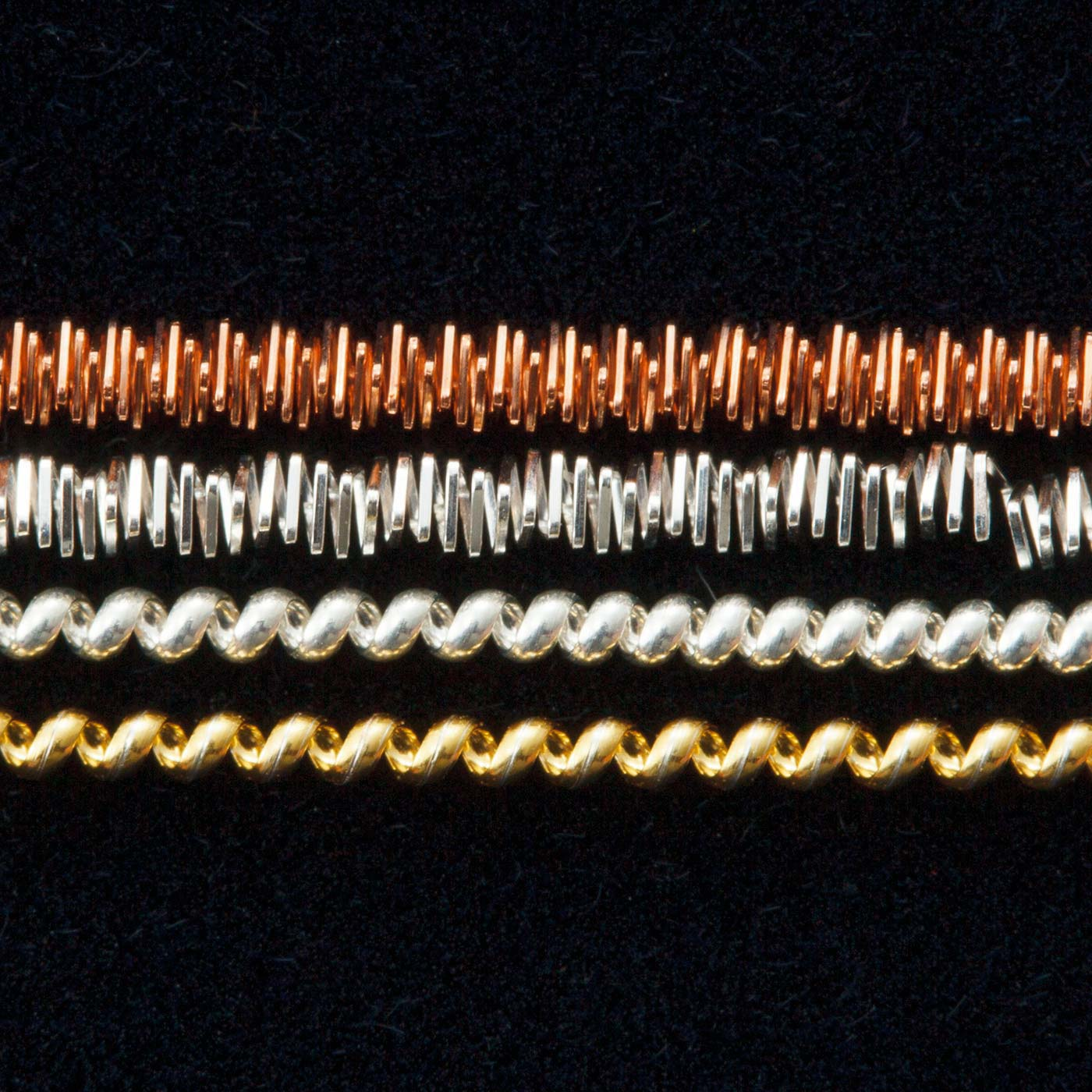 日本では手に入りにくいイギリス製のメタル糸。このほか、ビーズやスパンコール、ビジューなどを使用。