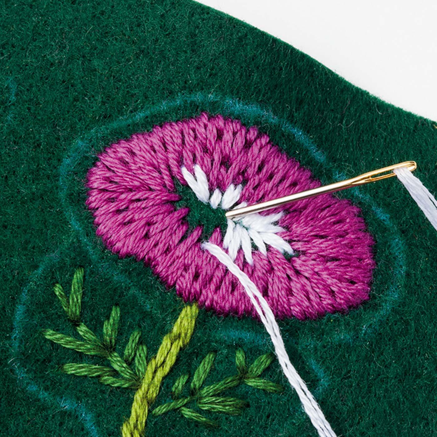 [フリーステッチ]基本的なステッチを練習しながら、フェルトに刺しゅうしていきます。図案はプリント済み。2色のお花が作れます。