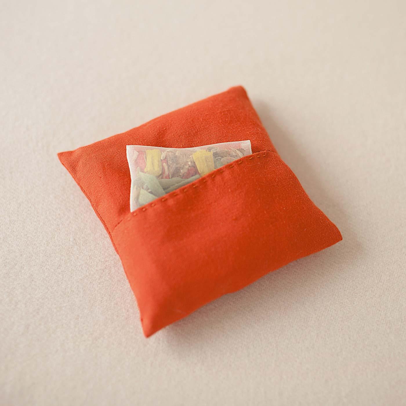 座布団の裏はポケット付き。ポプリを入れたり、玄関に飾ってかぎやハンコの収納にも!