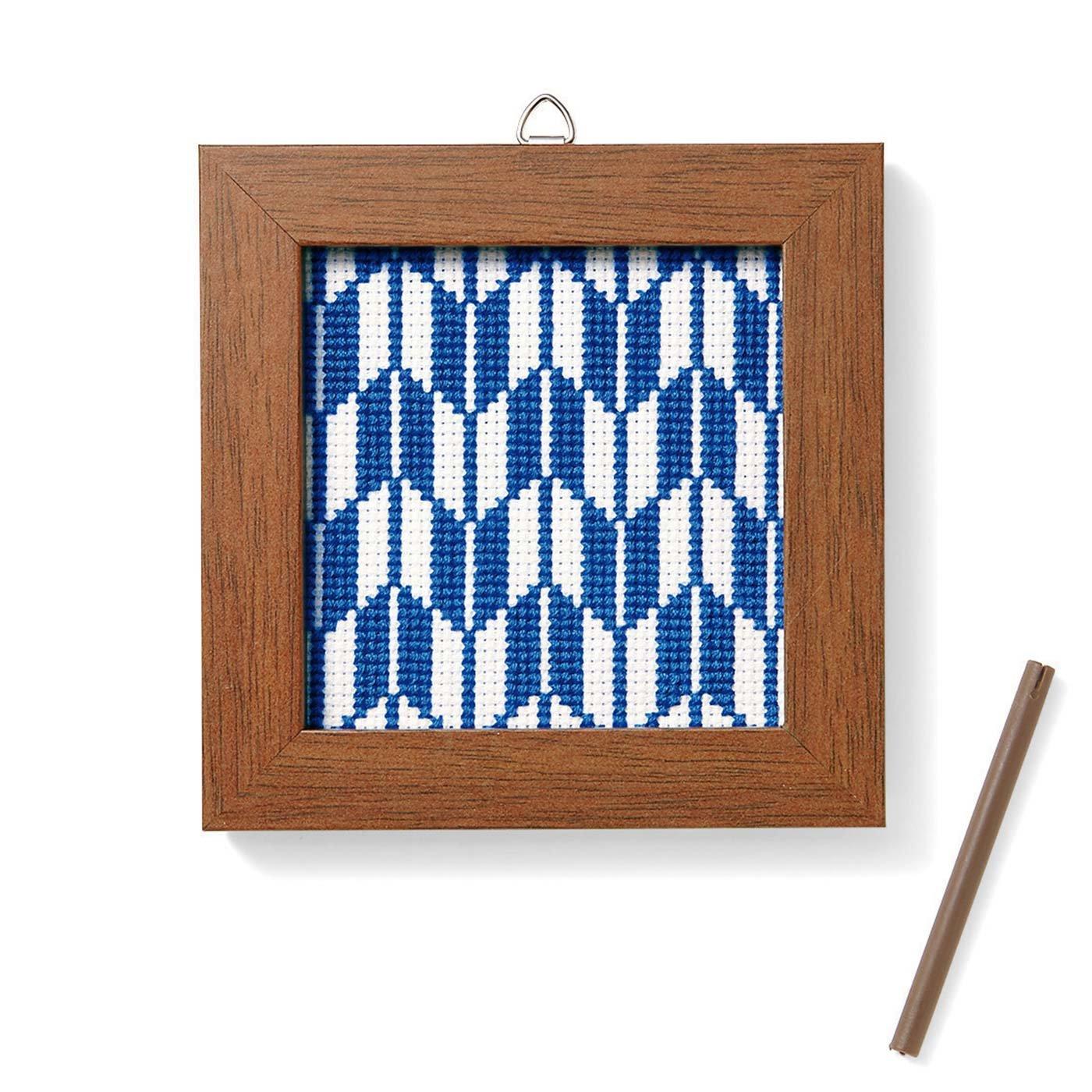 文様のクロスステッチが美しく映える木製フレーム