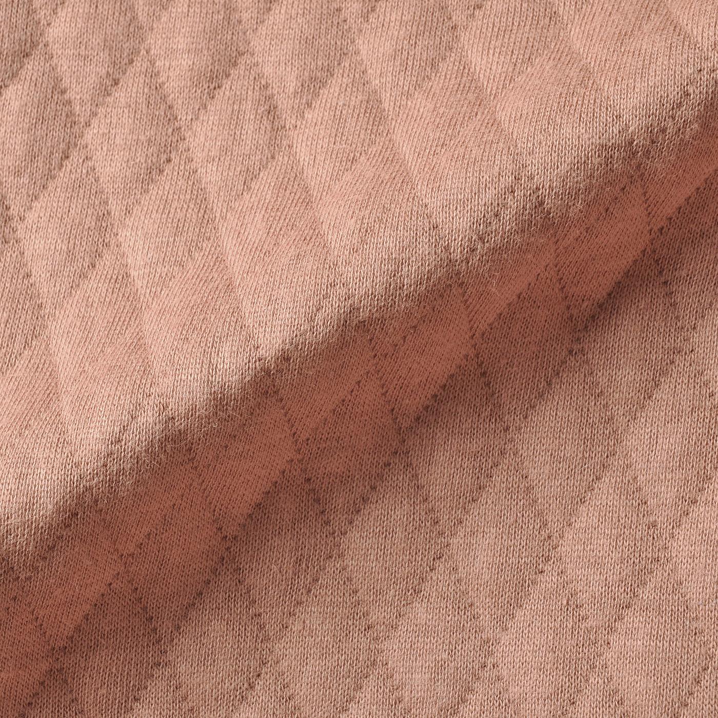 肌に当たる面は、吸湿性がよくやわらかな綿混素材。中わた入りの生地が空気を含んで、ぬくもりキープ。