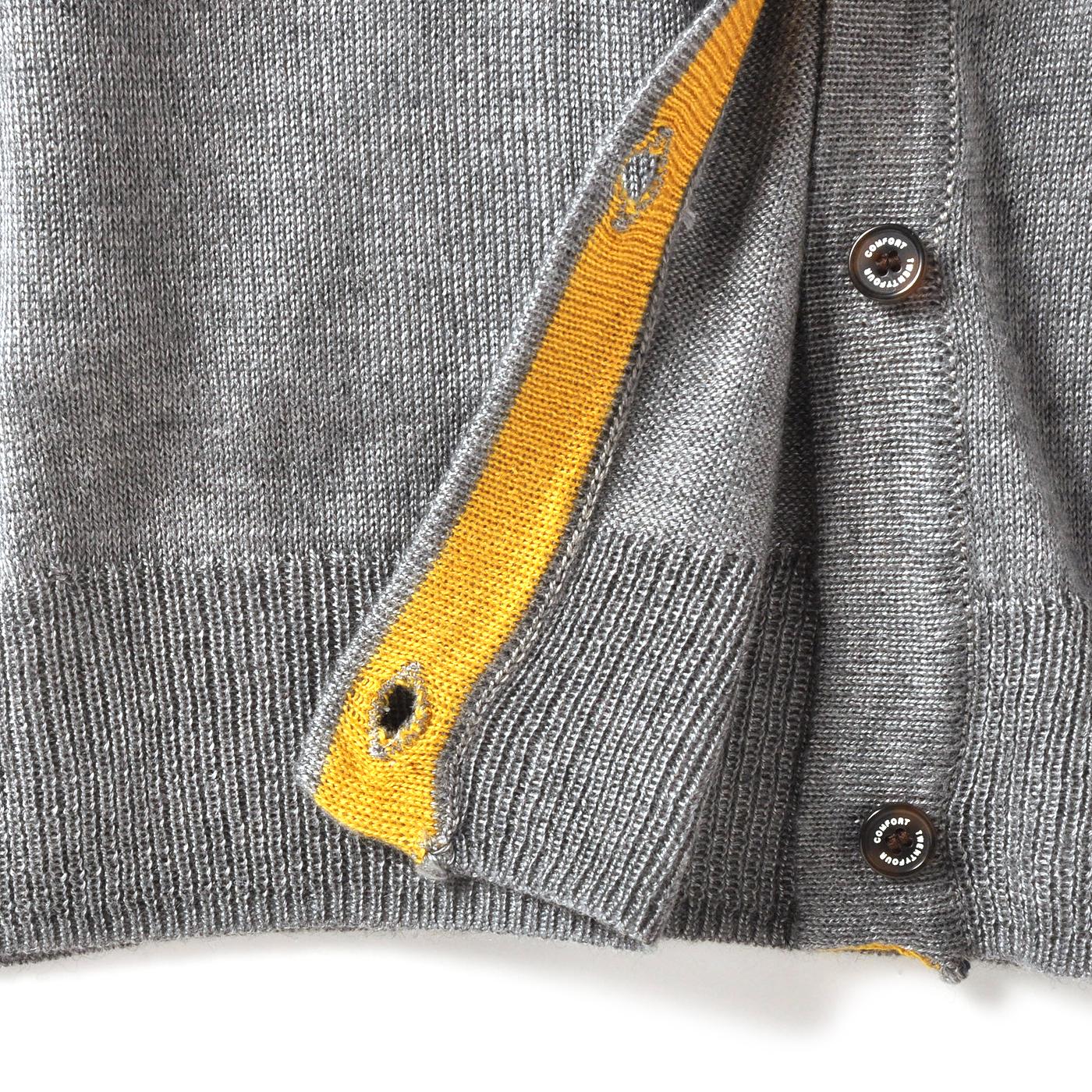 上品な質感の薄手ニットと、オリジナルデザインのボタン。