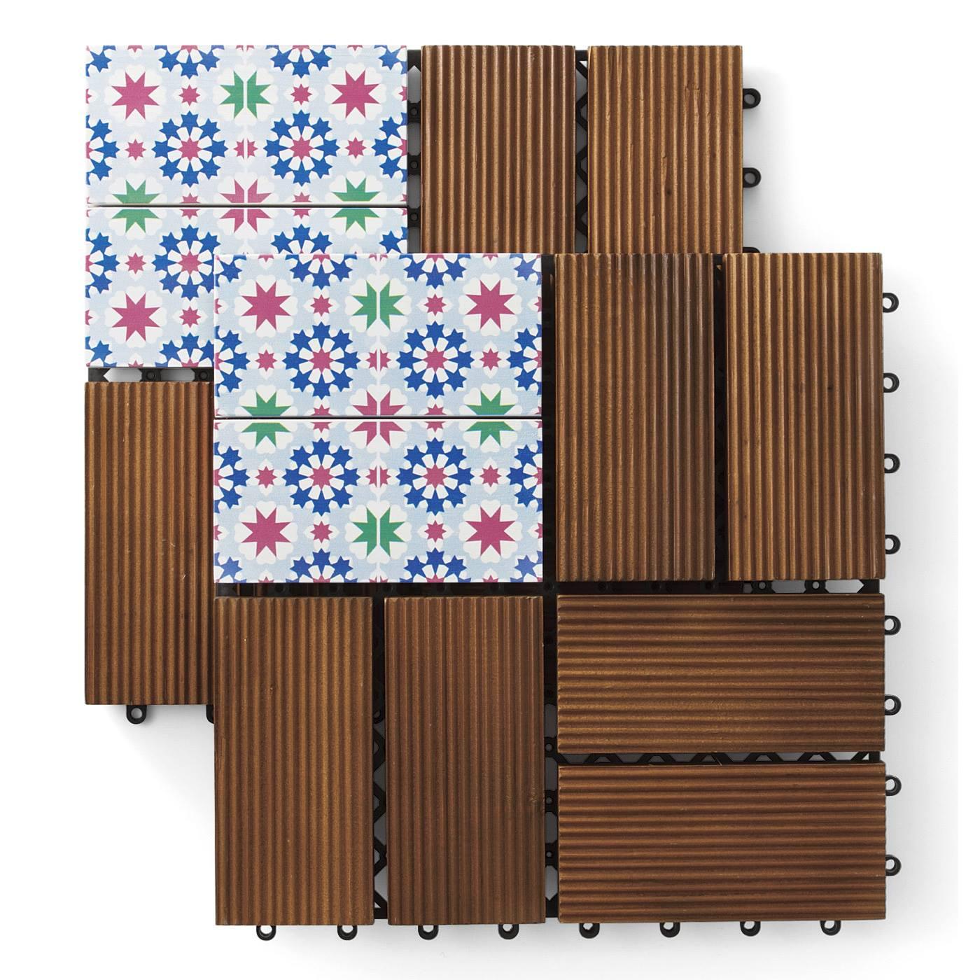 ベランダが憩いの空間に 楽しい時間が始まる モザイクタイル柄のウッドパネル