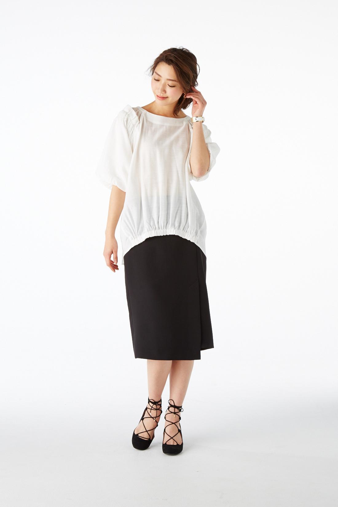 """""""袖コンシャス"""" 袖の華やぎで女らしさが際立ったり、華奢に見えたり。さらりと着るだけで、旬度も女度も上がる。  モデル身長:169cm 着用サイズ:M"""