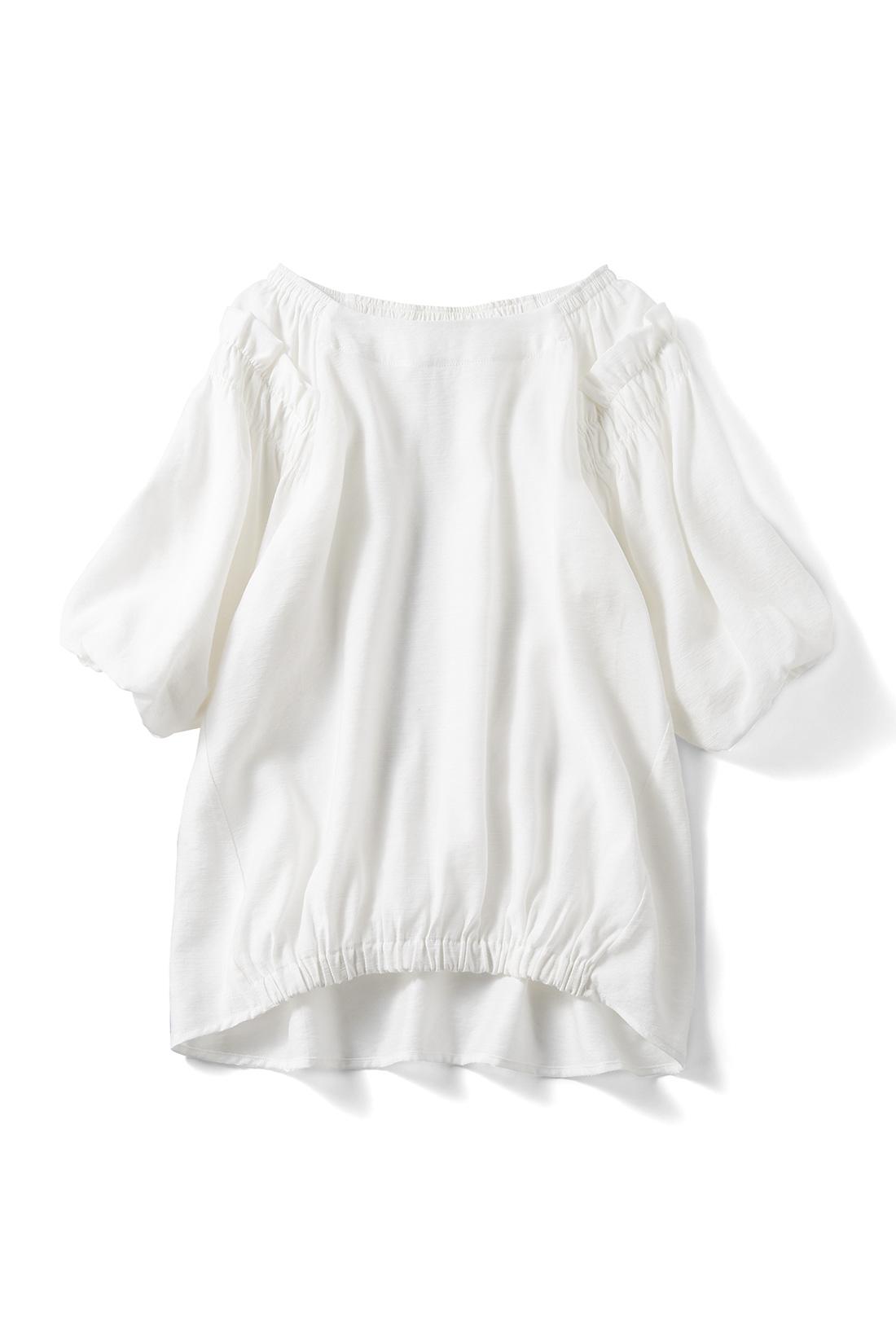 さわやかな〈オフホワイト〉 着るだけでフロントインしたようなこなれ感が出るギャザーゴムデザイン。