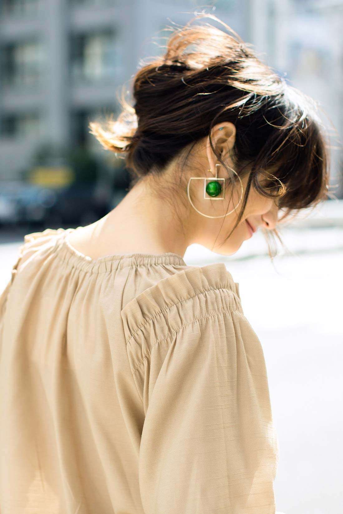後ろ姿も衿ぐりのゴム&ギャザーで印象的に。 ※着用イメージです。お届けするカラーとは異なります。