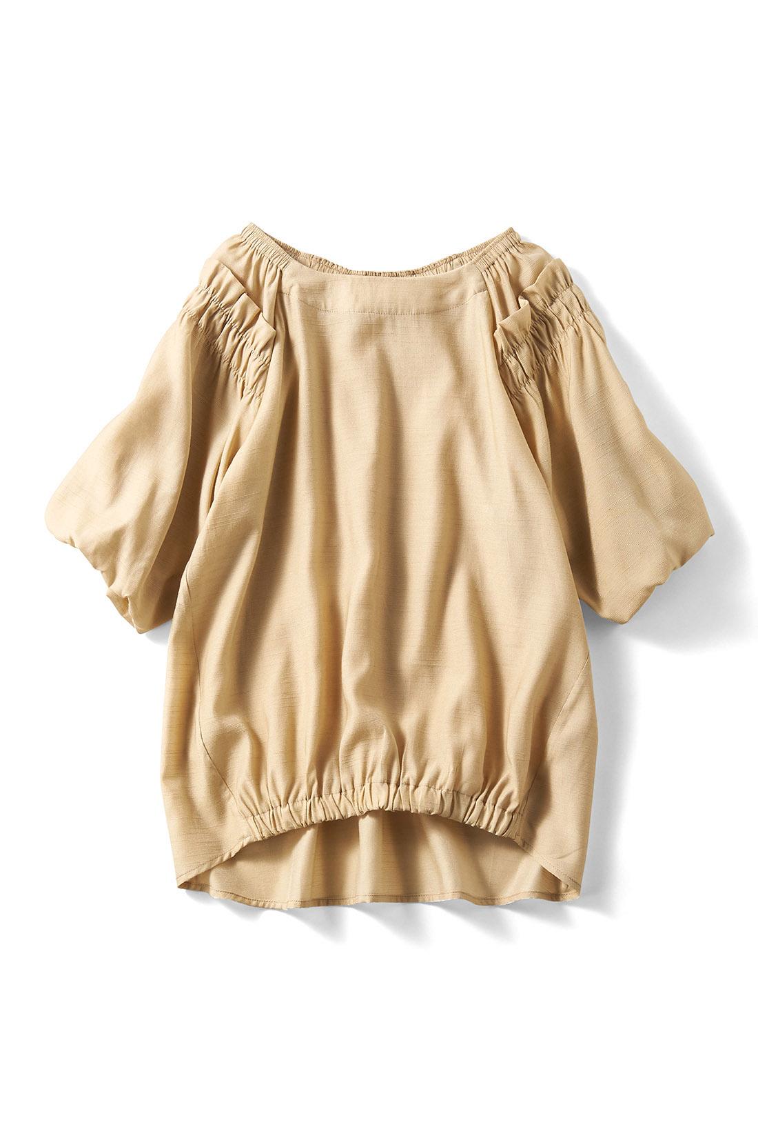 ナチュラルな〈ベージュ〉 着るだけでフロントインしたようなこなれ感が出るギャザーゴムデザイン。