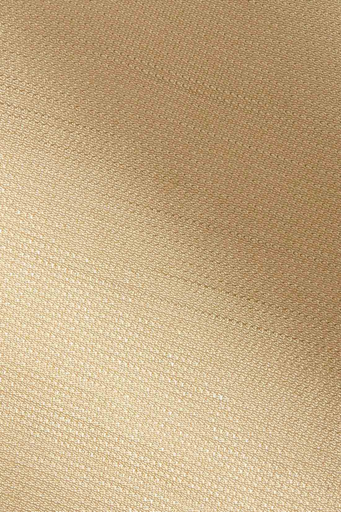 ニュアンスある表面感とイージーケア。 変わり織りのスラブヤーンでシャリっときれいめな清涼素材。しわになりやすいギャザーやバルーンディテールを、きれいに着られるのもうれしい。