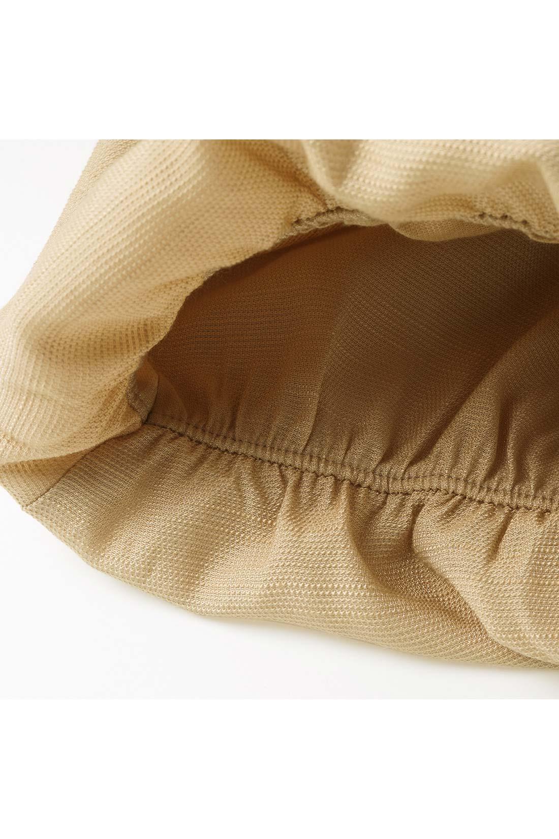 締め付けない袖ゴム仕様。 袖口のゴム遣いで自然なボリュームシルエットに。快適なフィット感で袖丈の調節もOK。