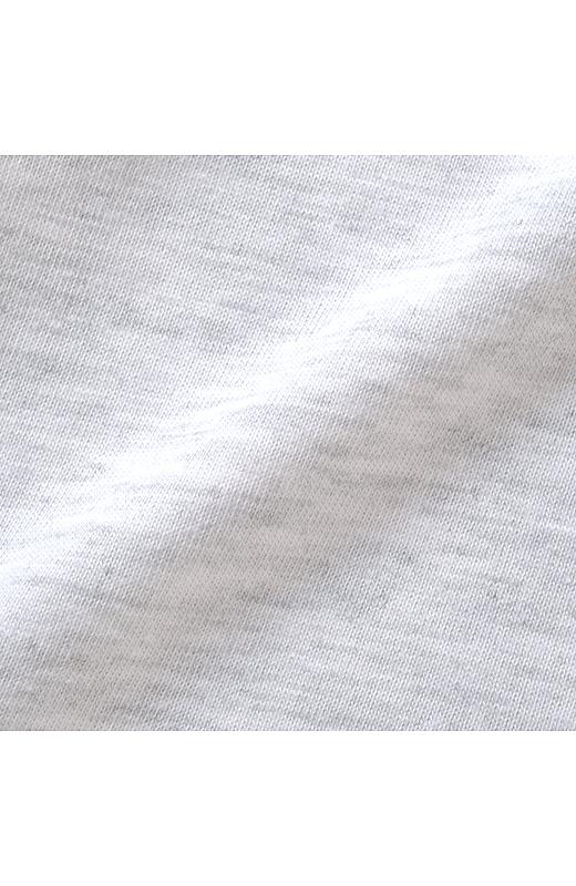 カットソーと布はくストライプの異素材遣いがおしゃれ。