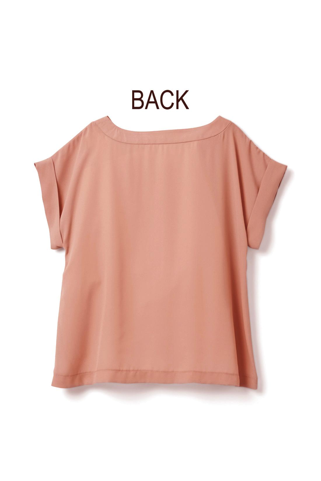 後ろはシンプルでジャケットインにもスッキリ。 ※お届けするカラーとは異なります。