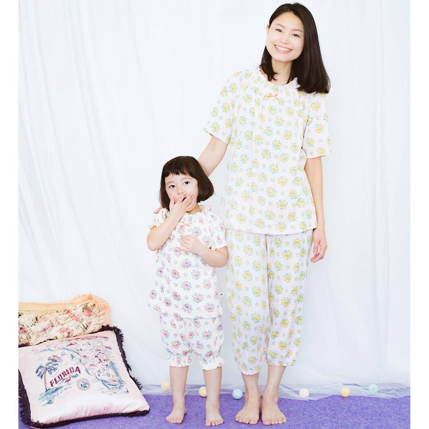 同じ柄のガールズパジャマで親子おそろい。