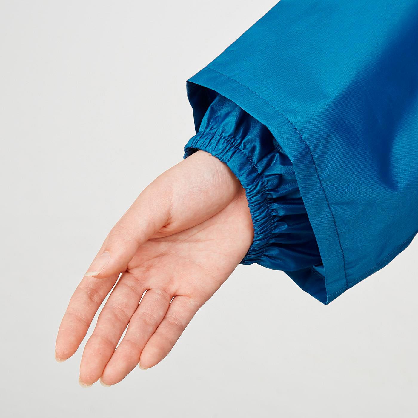 雨が浸入しにくい二重袖。袖口はゴム入りです。