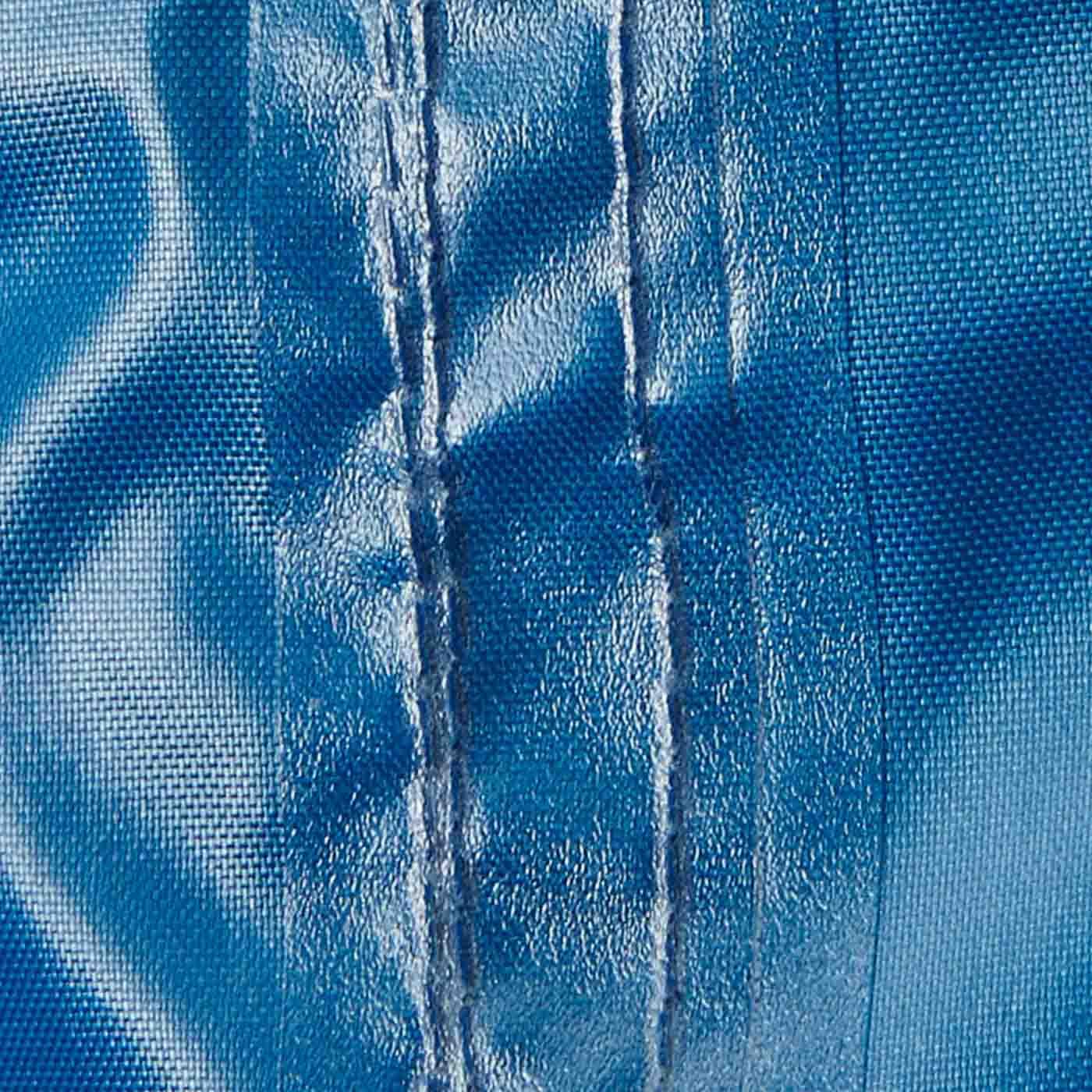 生地の裏には防水加工、縫製部分には防水テープを貼った仕様で浸水を防ぎます。