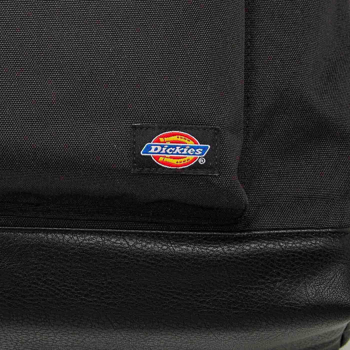 フロントポケットのブランドロゴがポイント。
