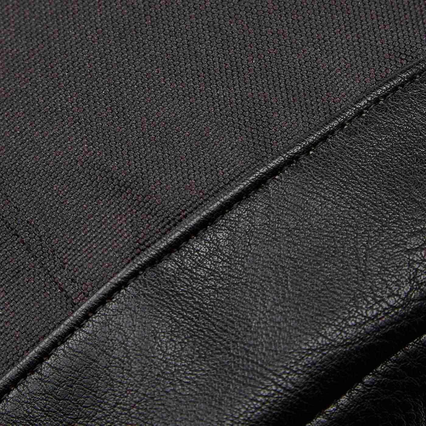 黒の合成皮革はシボのある素材感です。