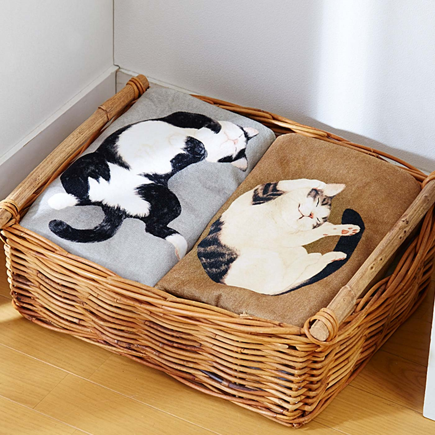 猫の重みでタオルが沈み込んでいるみたい。リアルなプリントにドキッとしてください。