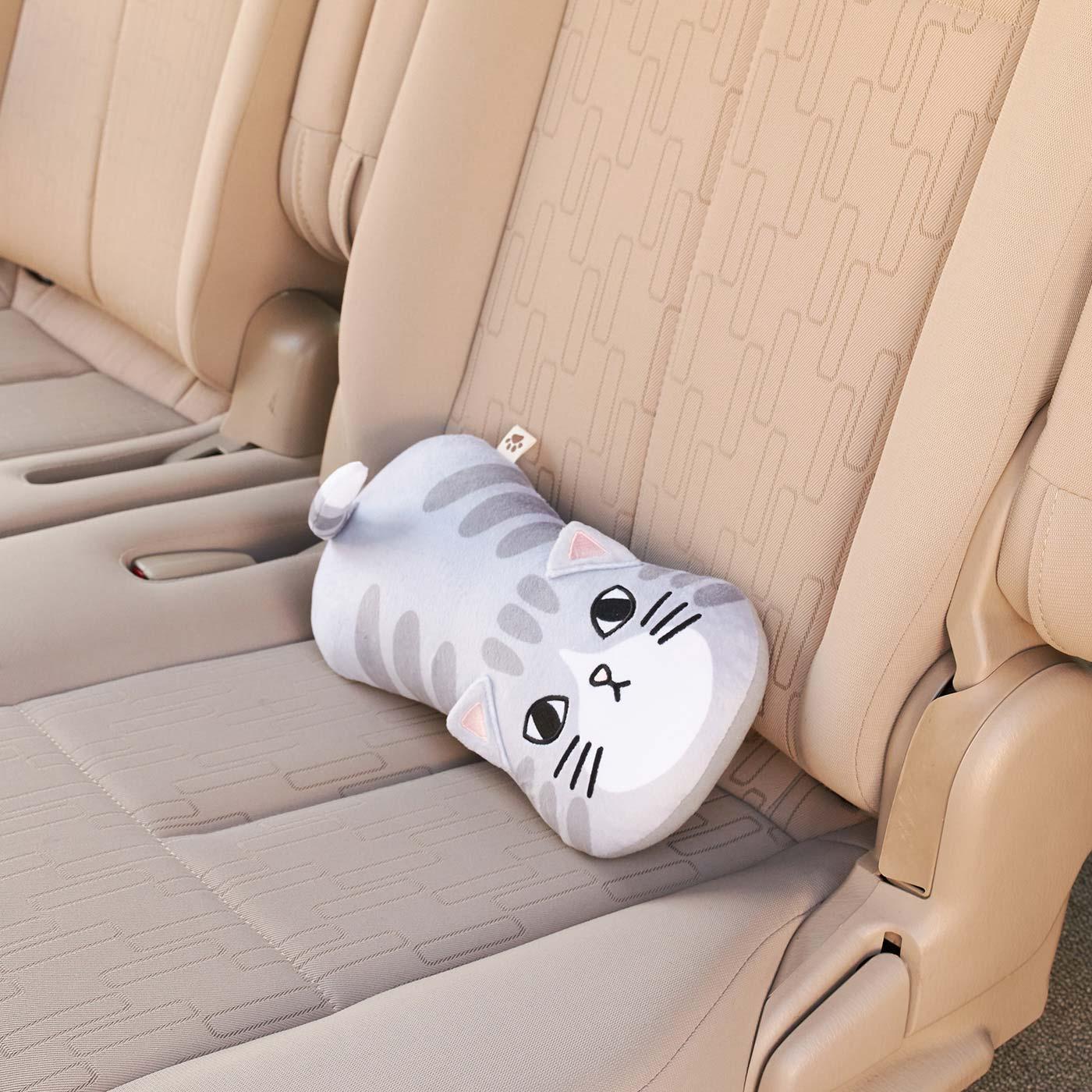 シートベルトから取り外せば、枕やクッションとして大活躍。