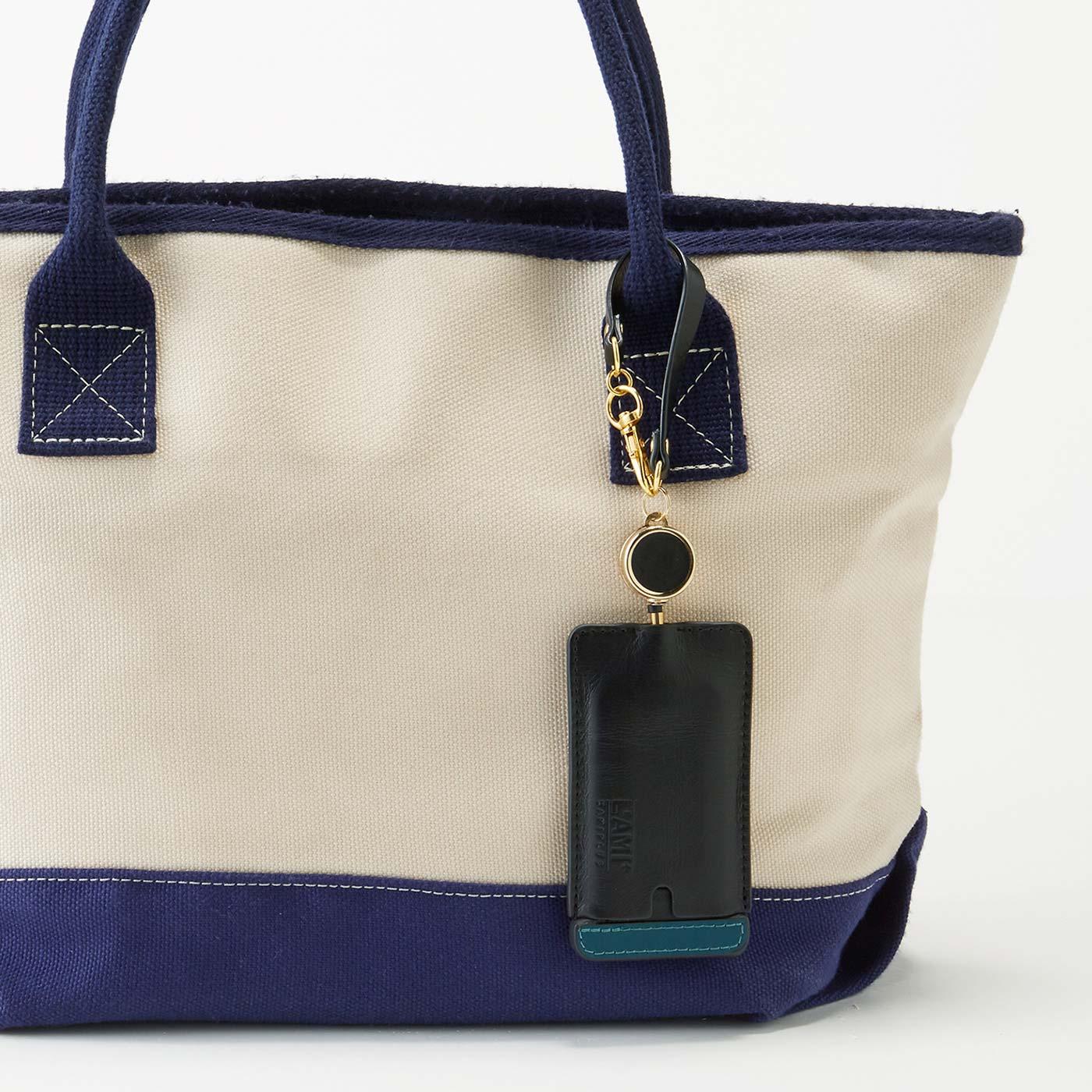 チャームのようにバッグのハンドルに取り付け。バッグを替えたいときもナスカンなので付け替えらくらく。