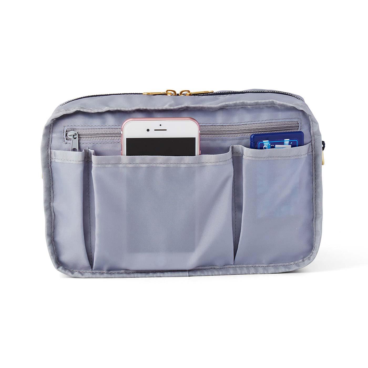 [バッグインナー/BACK]外にも中にもファスナーポケット付き。大事な通帳やカードケース、印鑑などはこちらに。