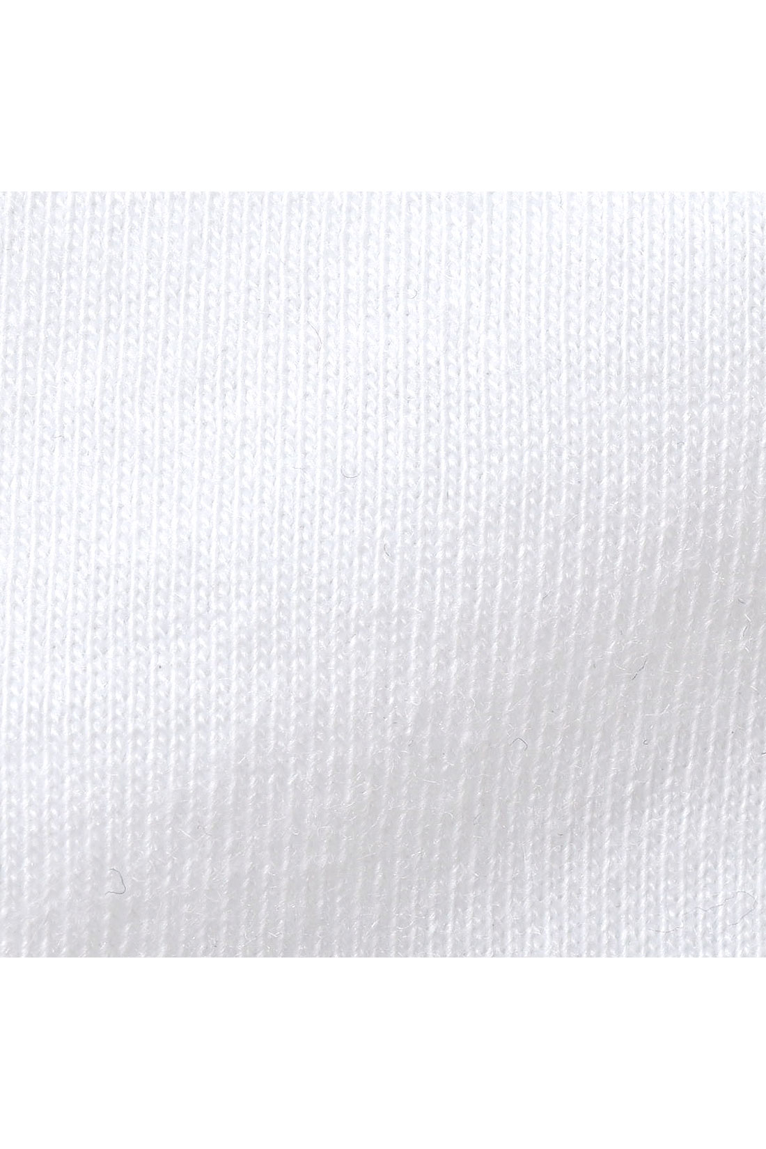 タンクトップは綿混のカットソーで肌に心地いい。