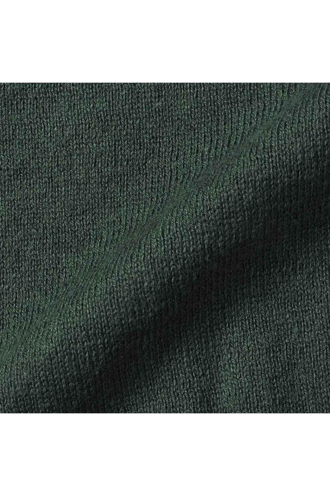 オーガニックコットン100%のハイゲージニットは、きれいめな印象。
