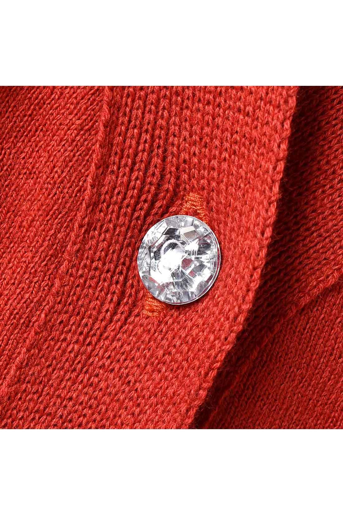 きらり輝きを放つビジューボタンが、カジュアルに上品さをプラス。