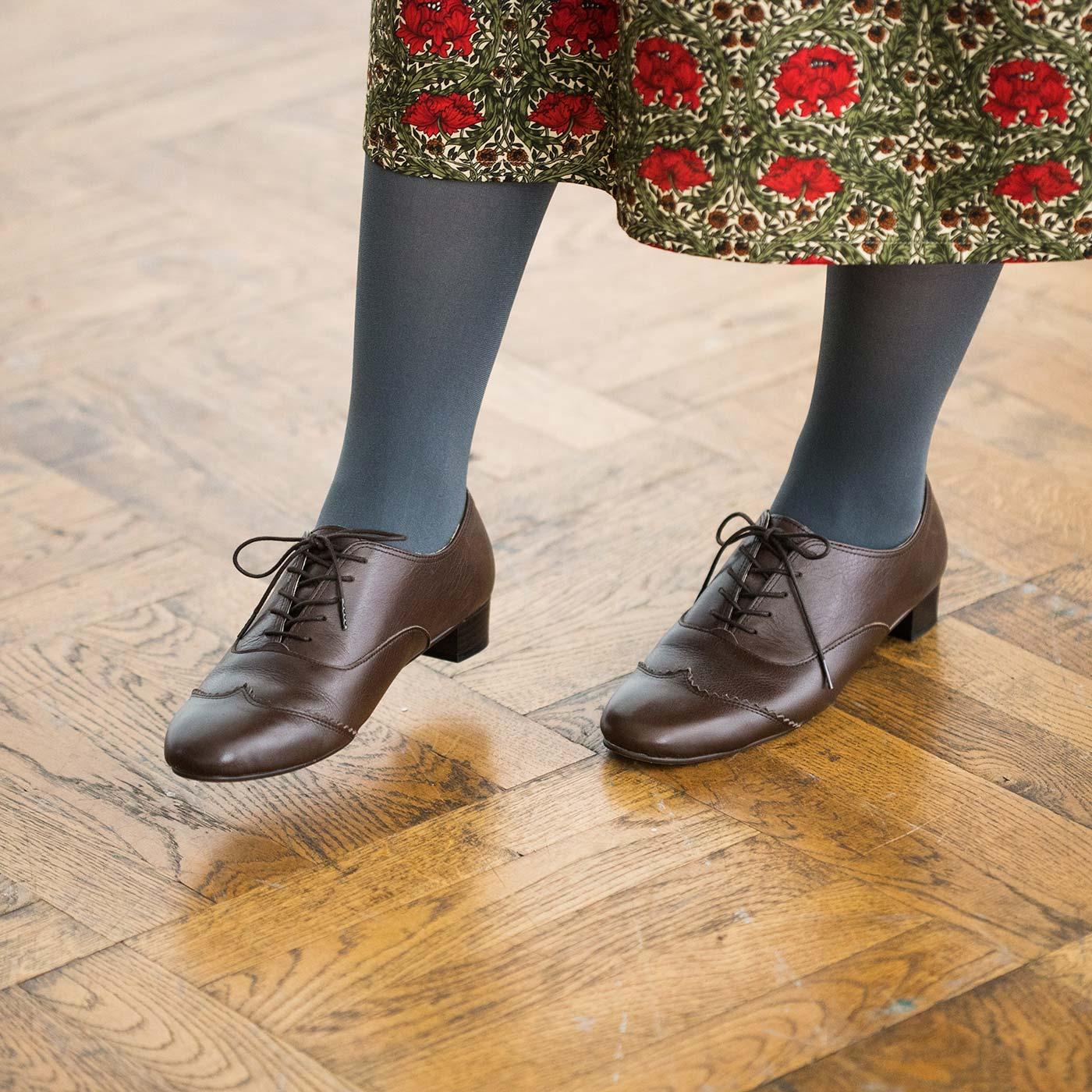細身フォルムとほどよいヒール高で、スカートとの相性は抜群。パンツと合わせてマニッシュに履くのも素敵です。年中活躍するダークブラウンは、一足あるとすごく便利。