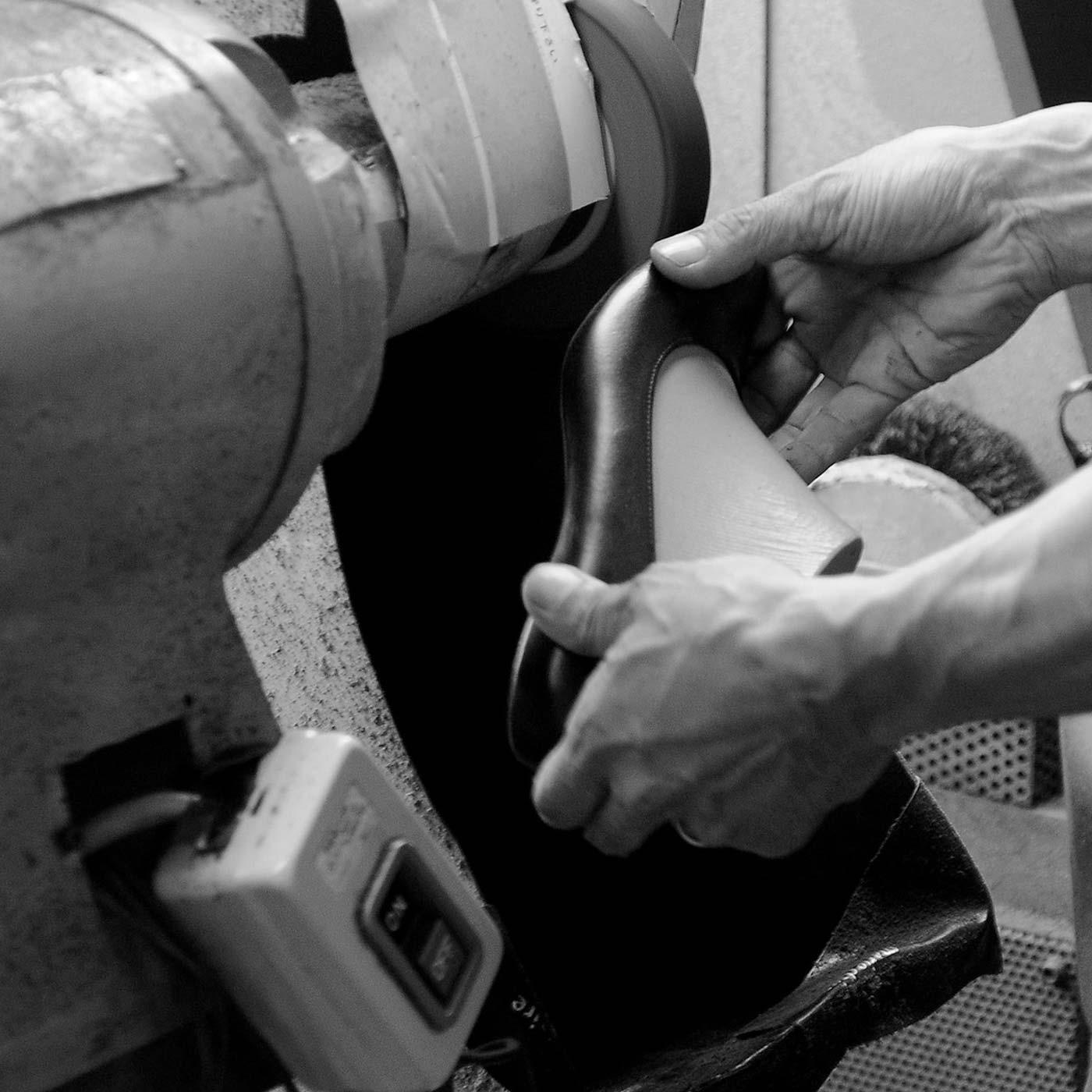 靴底の接着面の革を削る「バフ」という作業。その後のソールと本体の接着は熟練の職人がひとつずつ仕上げます。