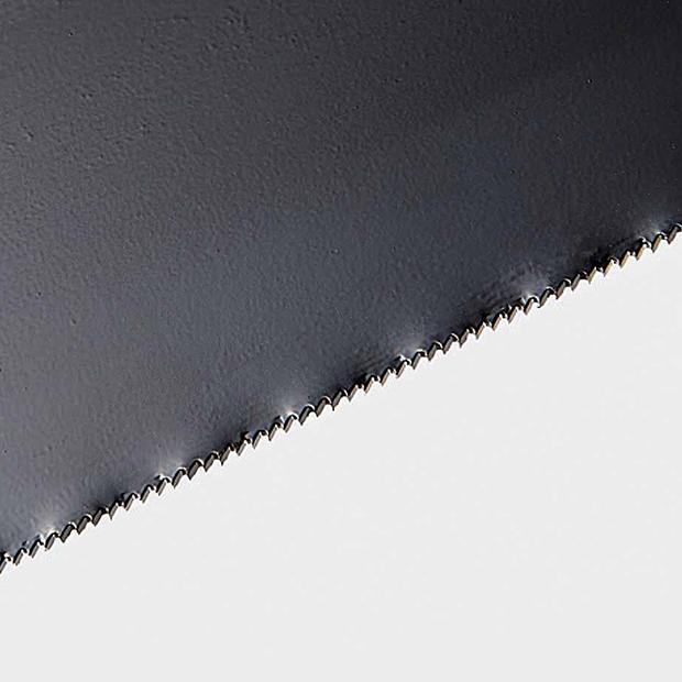 特殊な刃の形状で、布やプラスティック、ステンレス、鉄などのいろいろな素材を切れます。