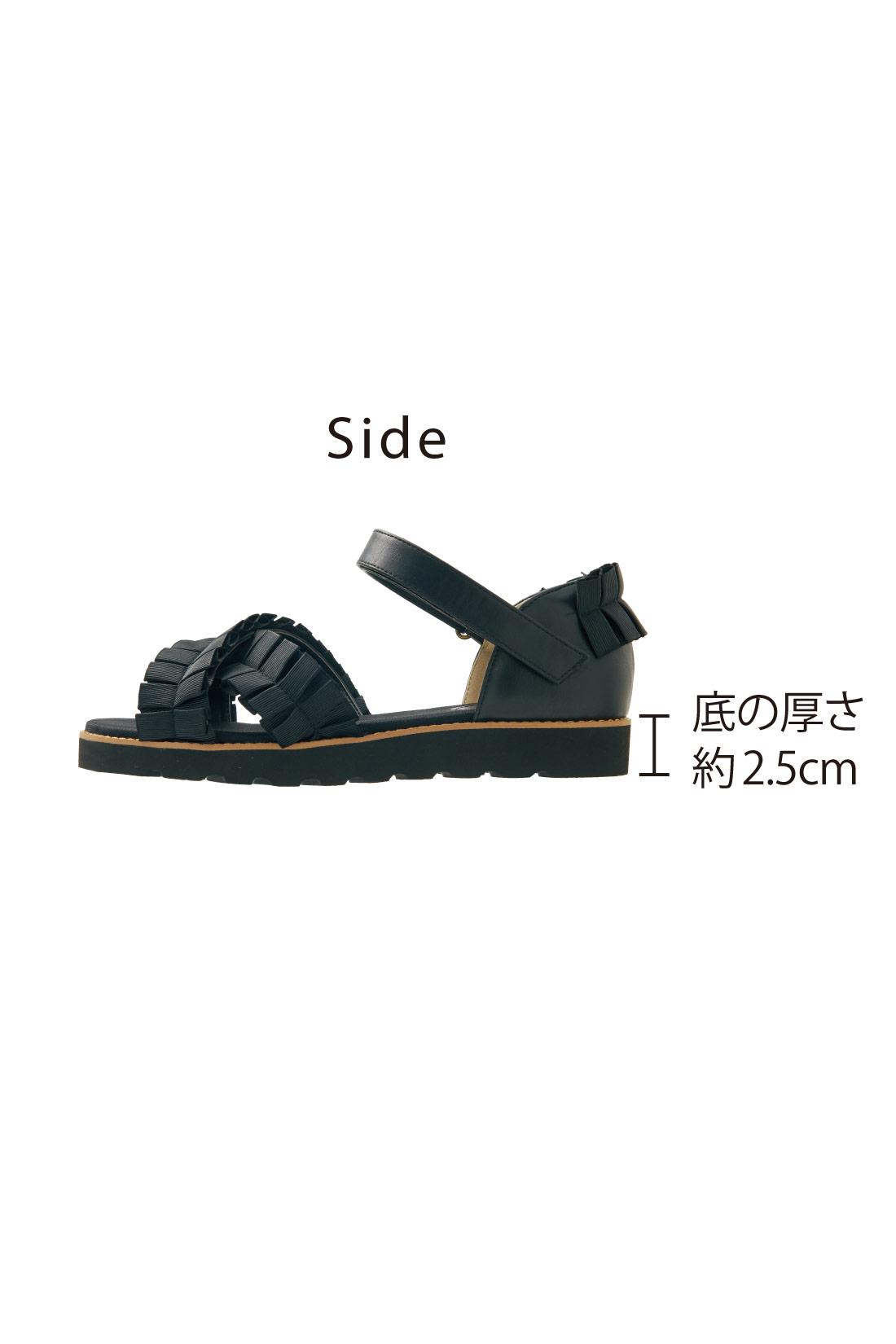 安定感があって歩きやすいスニーカー底。
