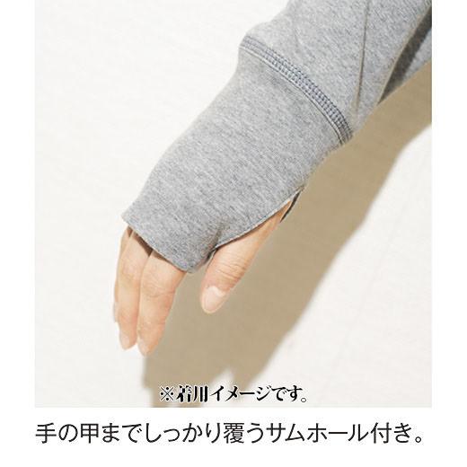 手の甲までしっかり覆うサムホール付き。