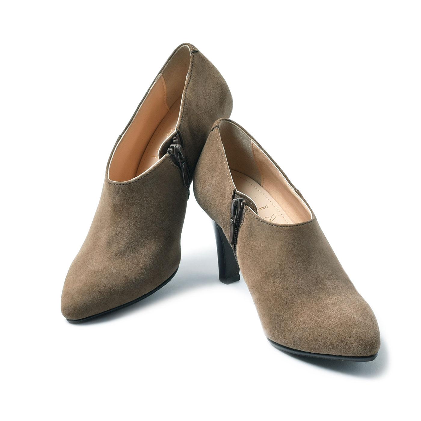 LX独自の究極のパンプスをベースに独特の履き心地を実現。大人の女性の足型や体形などを考慮に入れて設計。