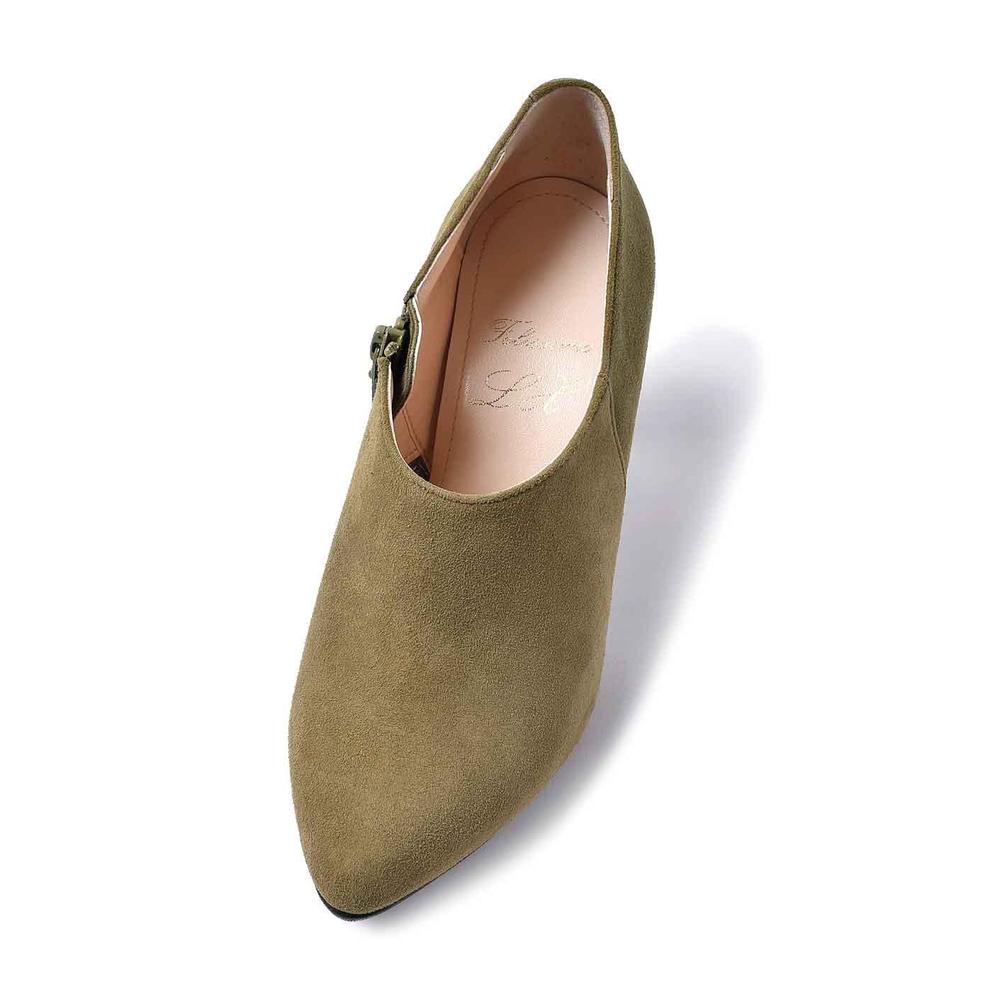 履き口と甲周りのカーブの形は履き心地に大きな影響を与えるので、何度も靴型を作り直しました。究極シリーズを一緒に作ってくださる靴職人の思いもいっぱいつまっています。