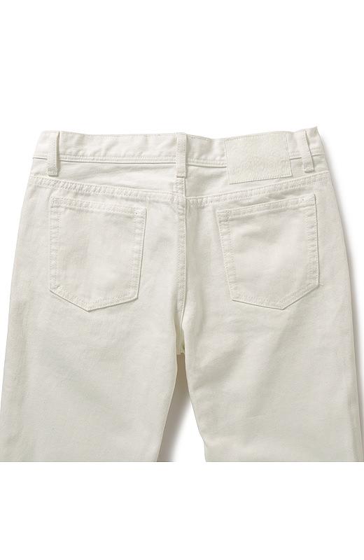 高めの位置のバックポケットがヒップアップを演出。バックウエストに入った白いハラコ風のパッチもポイント。