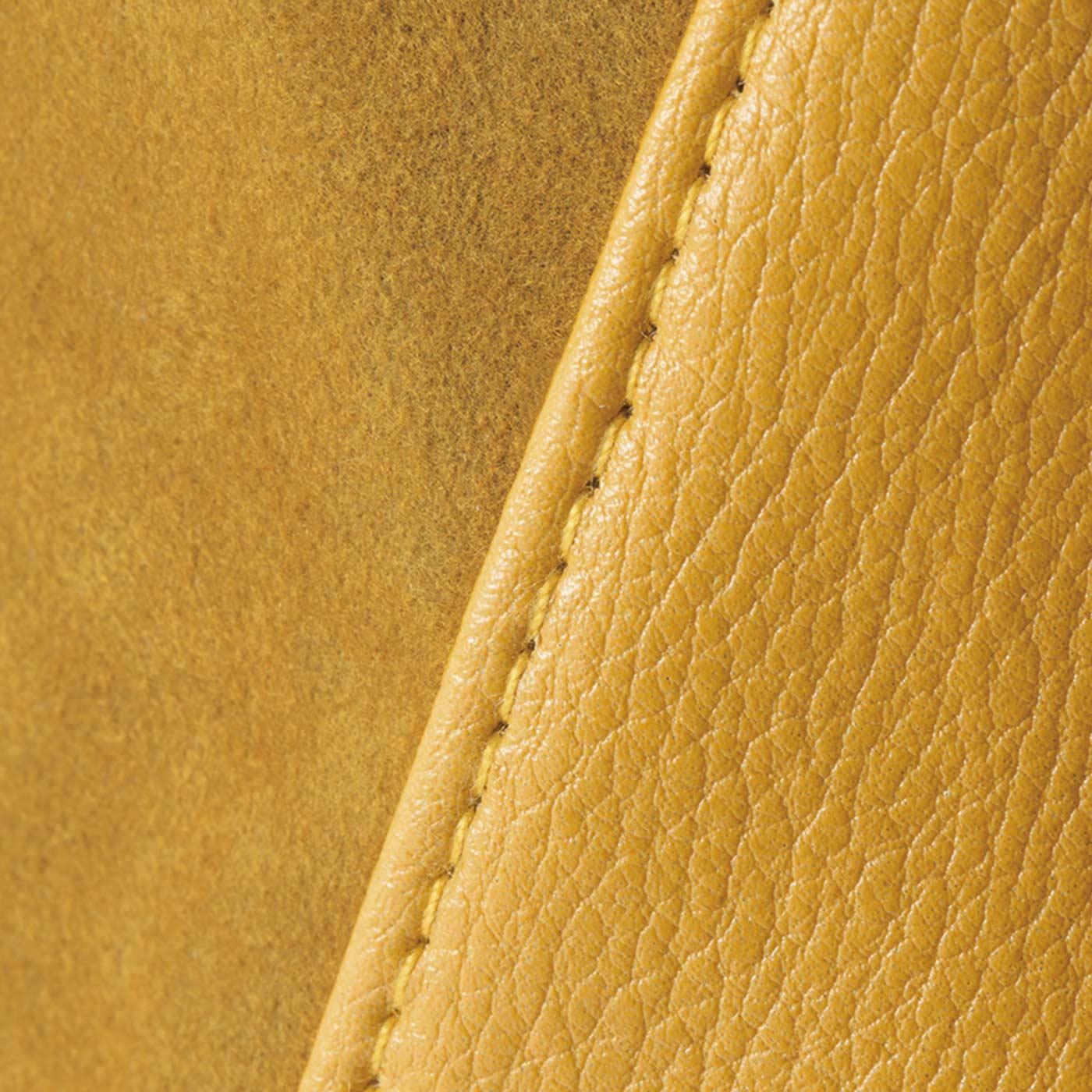 スエード調×合皮のコンビが上品できれいめ。上質感がありながら、軽くて持ちやすい。