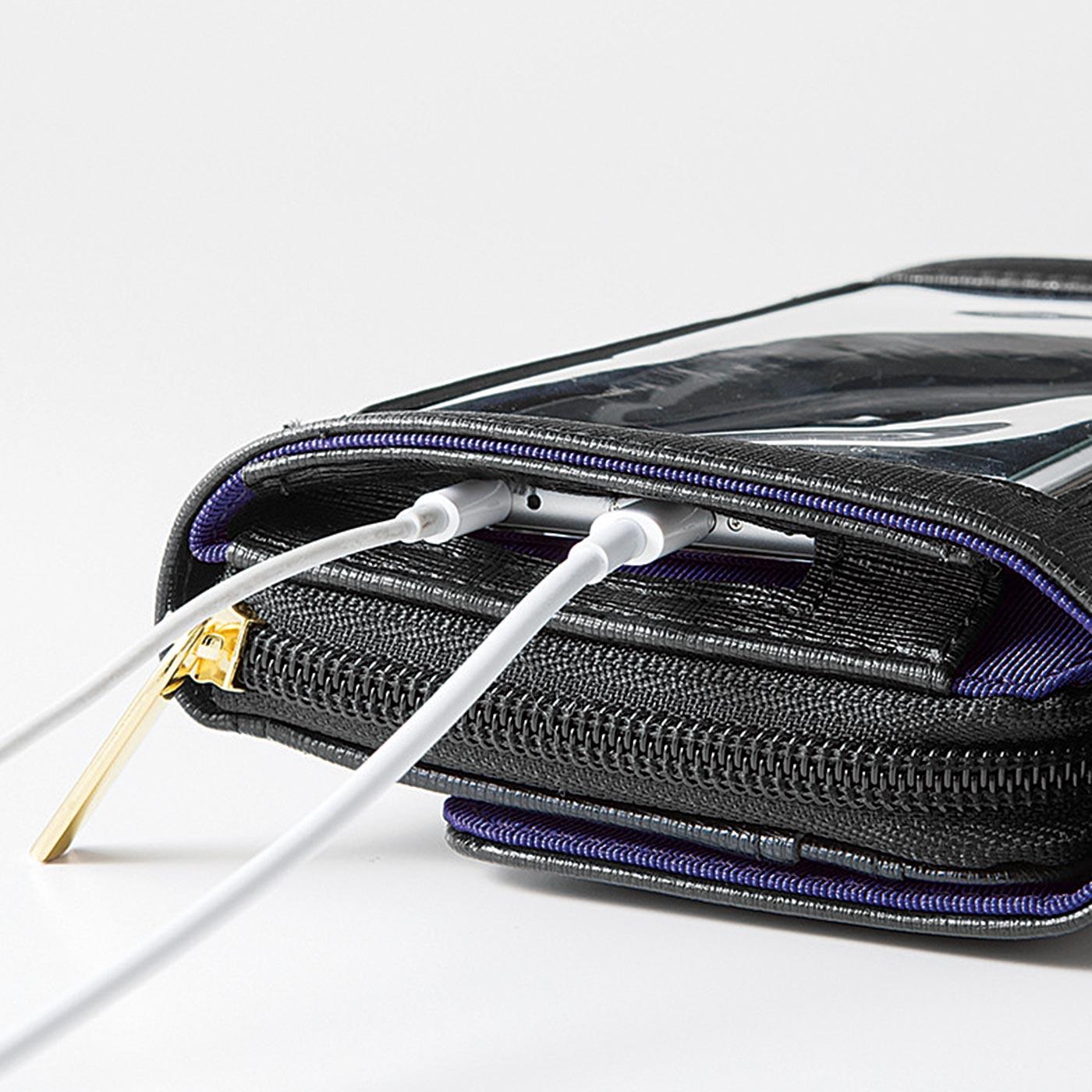 透明ポケットの下からUSBケーブルやイヤホンをそのまま差せます。