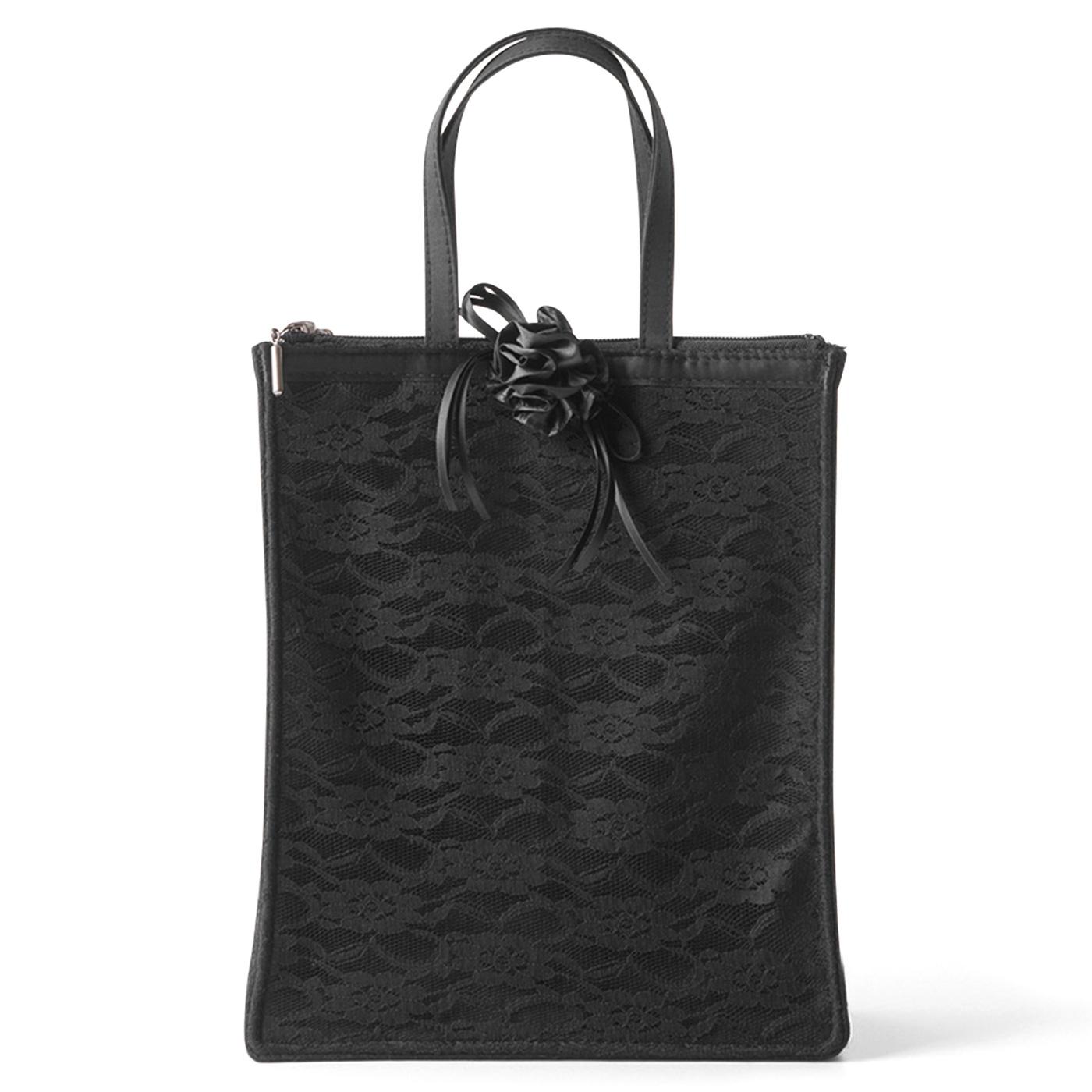 冠婚葬祭や学校行事など、改まった席で活躍する上品なブラックバッグ。