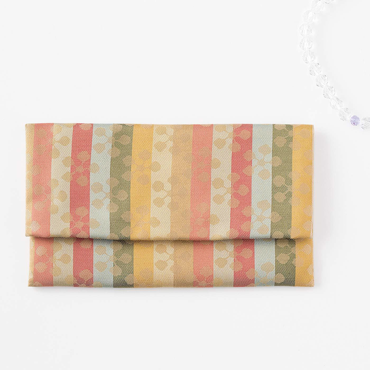 名物裂(めいぶつぎれ)と言われる絹織物で仕立てています。