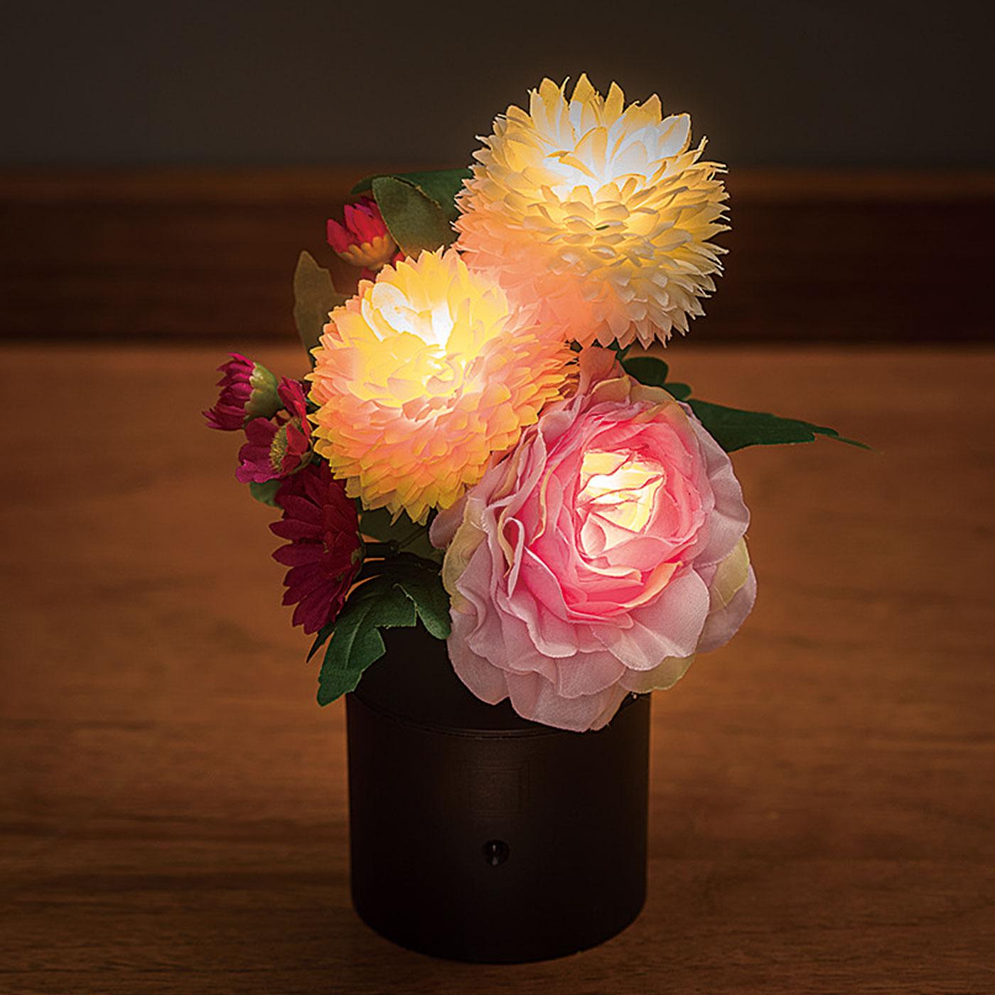 ほんのりやさしい光が灯ります。LEDライトで火を使わず安心。