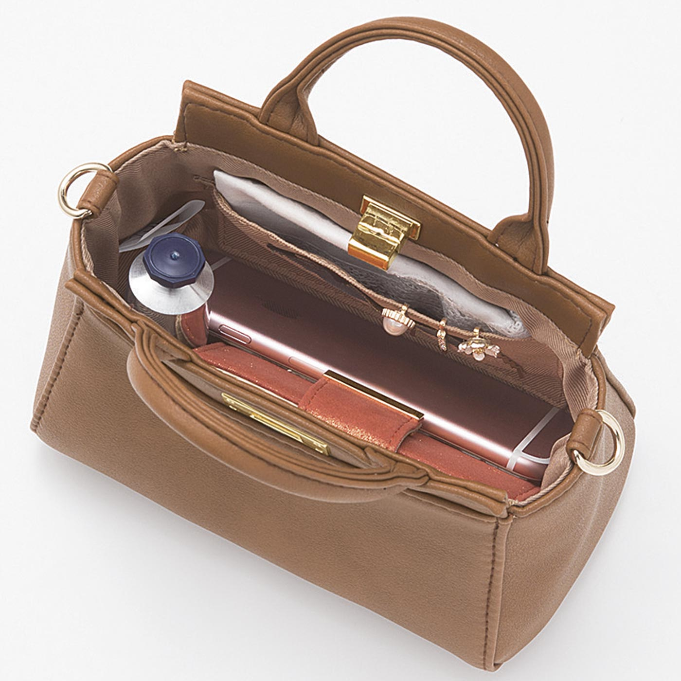 ミニ財布やスマートフォン、かぎ、ハンカチ&ティッシュ、リップなど、お出かけ必需品がすっぽり。オープンポケット1個付き。