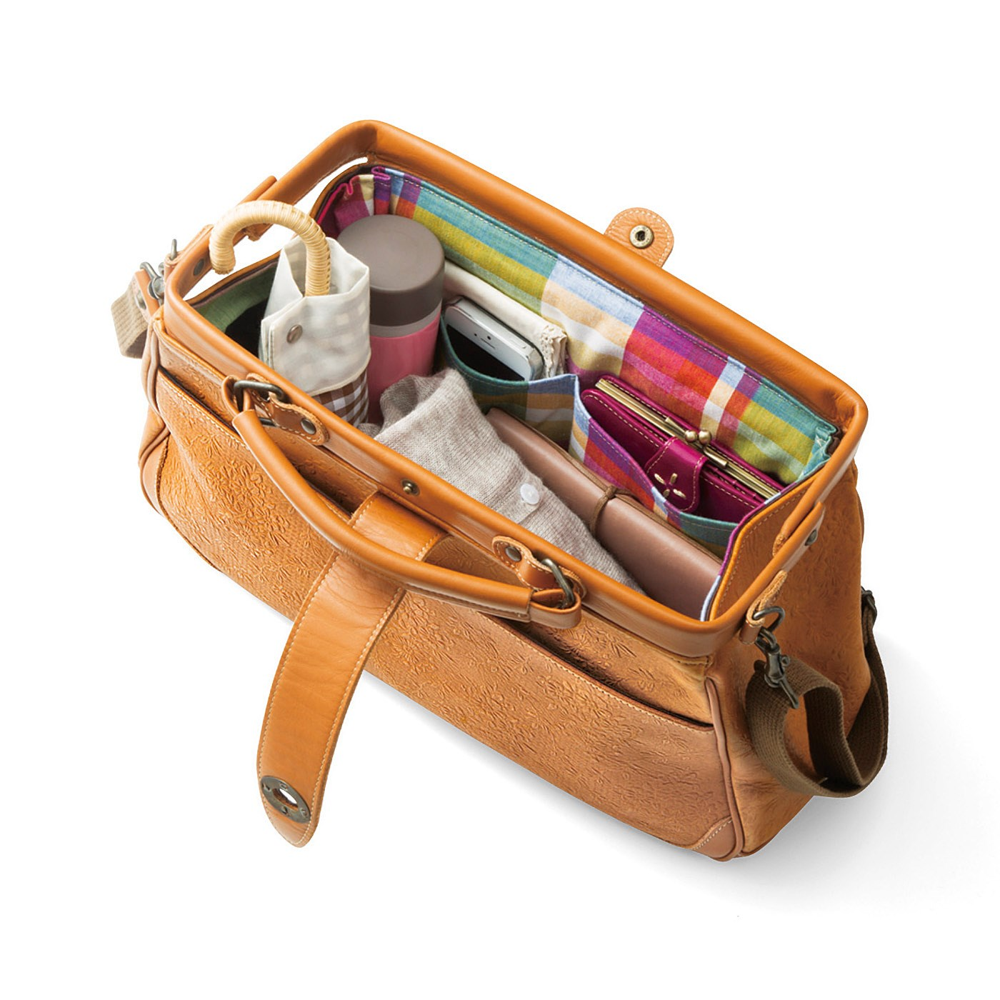 がばっと開いて収納たっぷり。ポケットも充実で小物もすっきり整理できます。1泊くらいの旅行にもぴったりのサイズです。