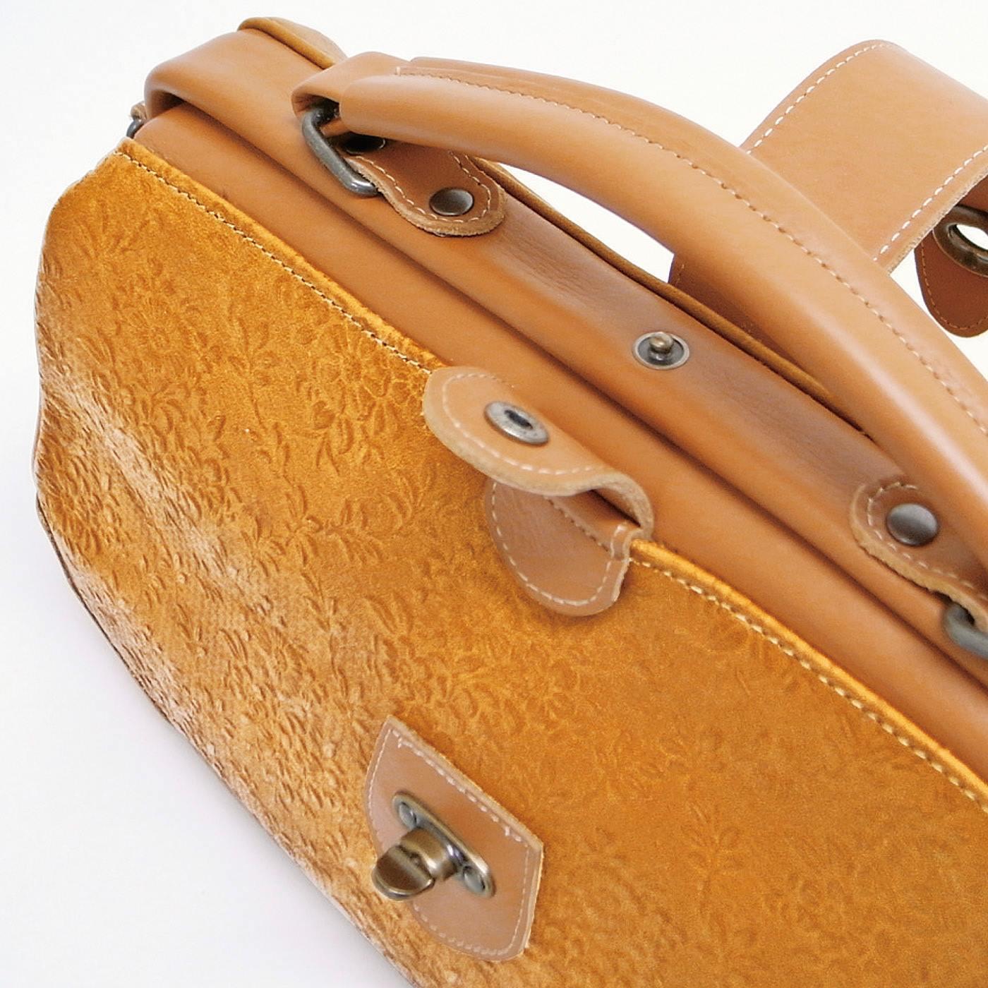ヒネリ式金具のベルトに加え、開け口にホックをプラスしてより安心に。