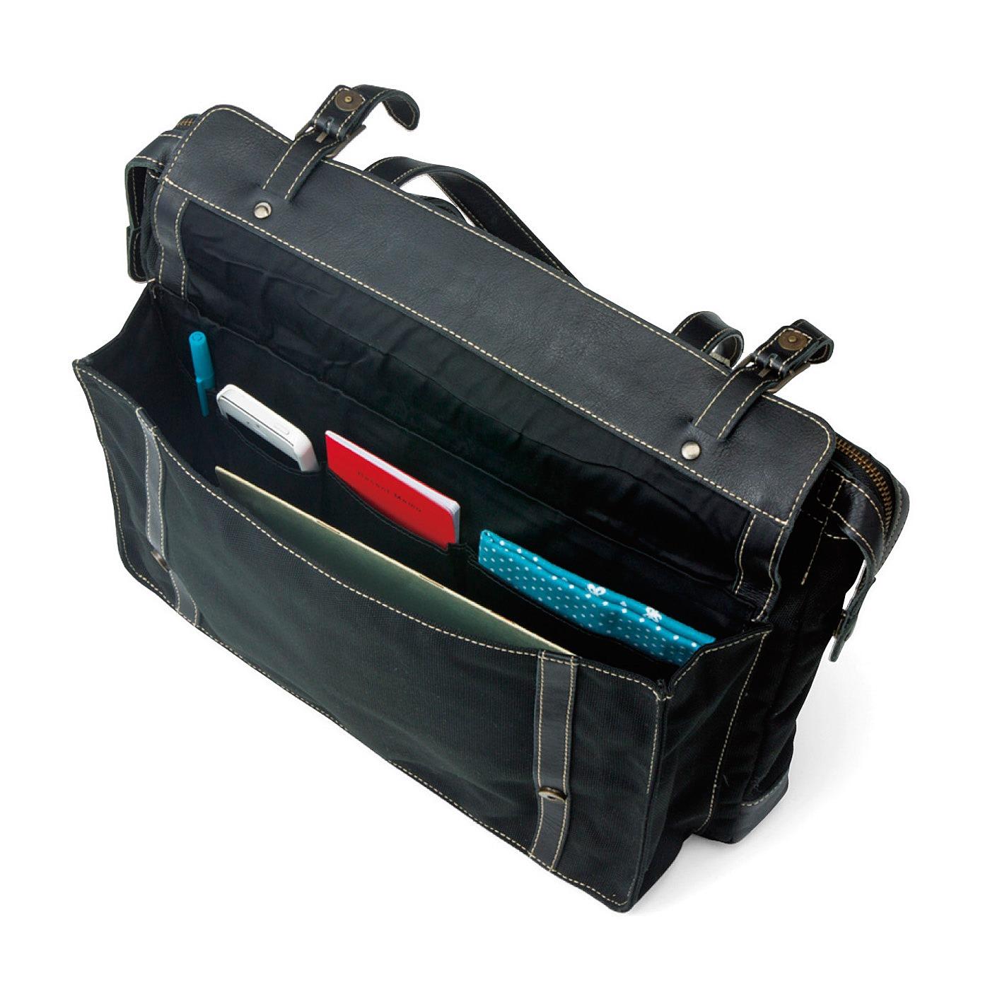 前ポケットはマグネット式。内側にはたくさんのポケットが充実。