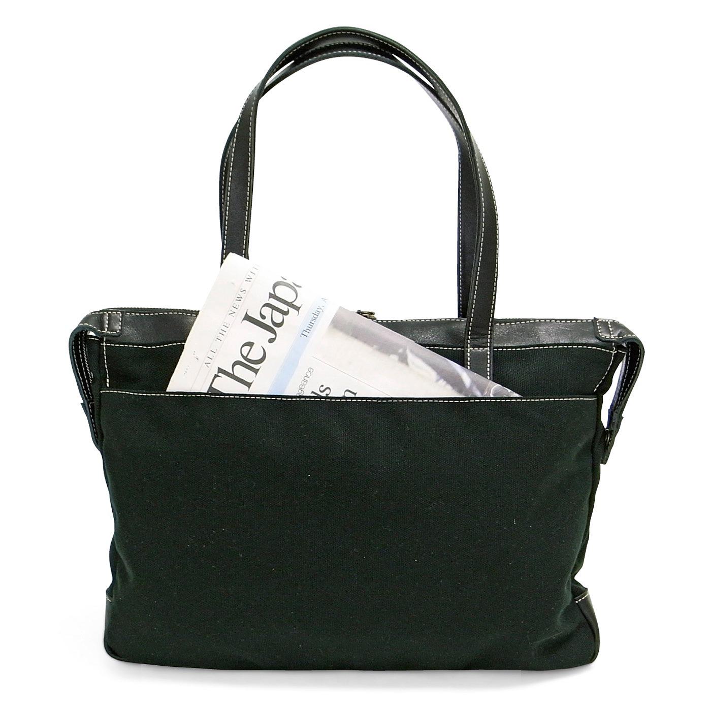 バッグの後ろ側には、マグネット式ワイドポケット付き。
