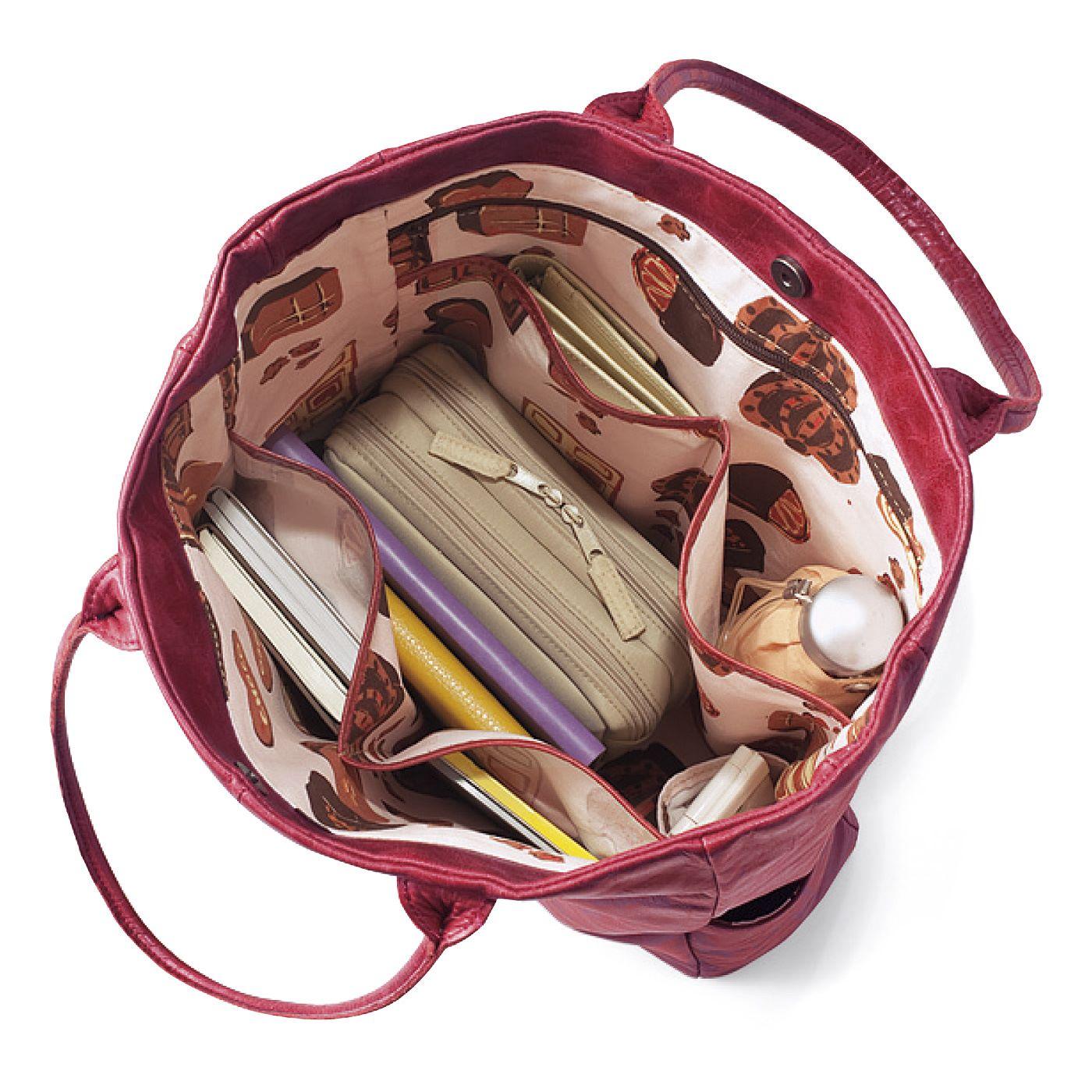 シンプルな見かけですが、中はちゃんと使い勝手を考えています!ポケットも6つに分かれていてバッグの中がすっきり機能的。もちろん底びょう付き!